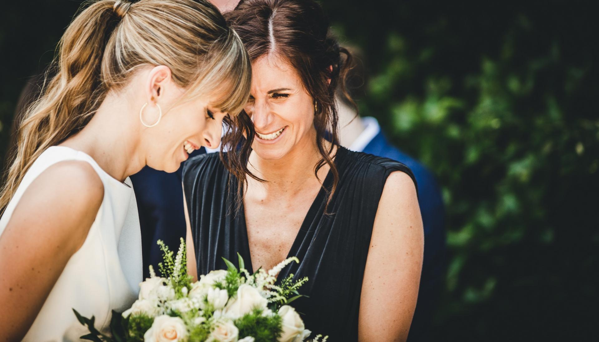 Italië Buiten schaking bruids afbeelding | Na de ceremonie komt de zus van de bruid naar haar toe om haar te feliciteren