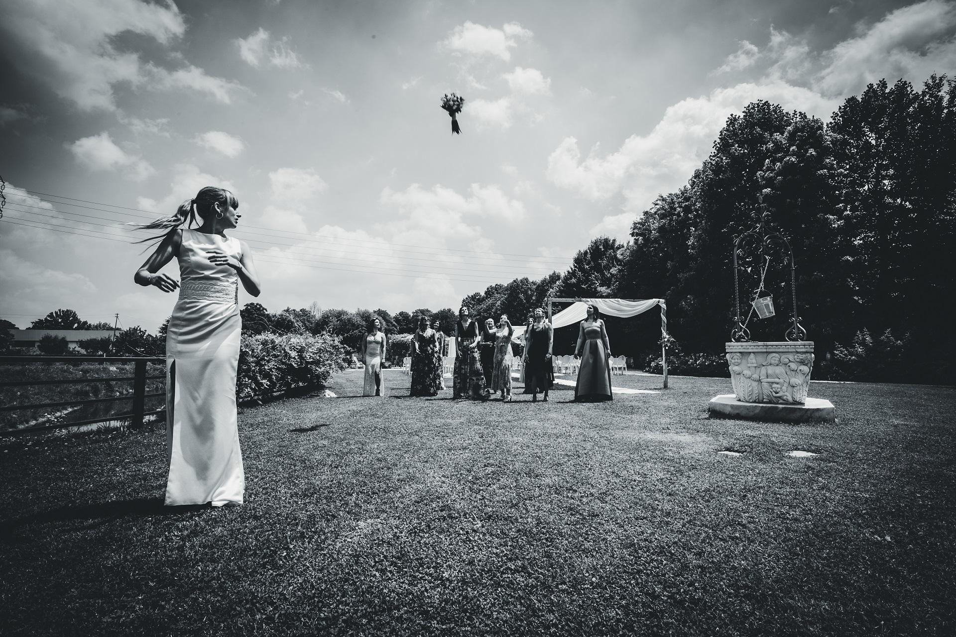 Padua, Italië Schaking Boeket Toss Foto in Zwart-wit | De bruid gooit haar boeket naar de gasten die achter haar staan