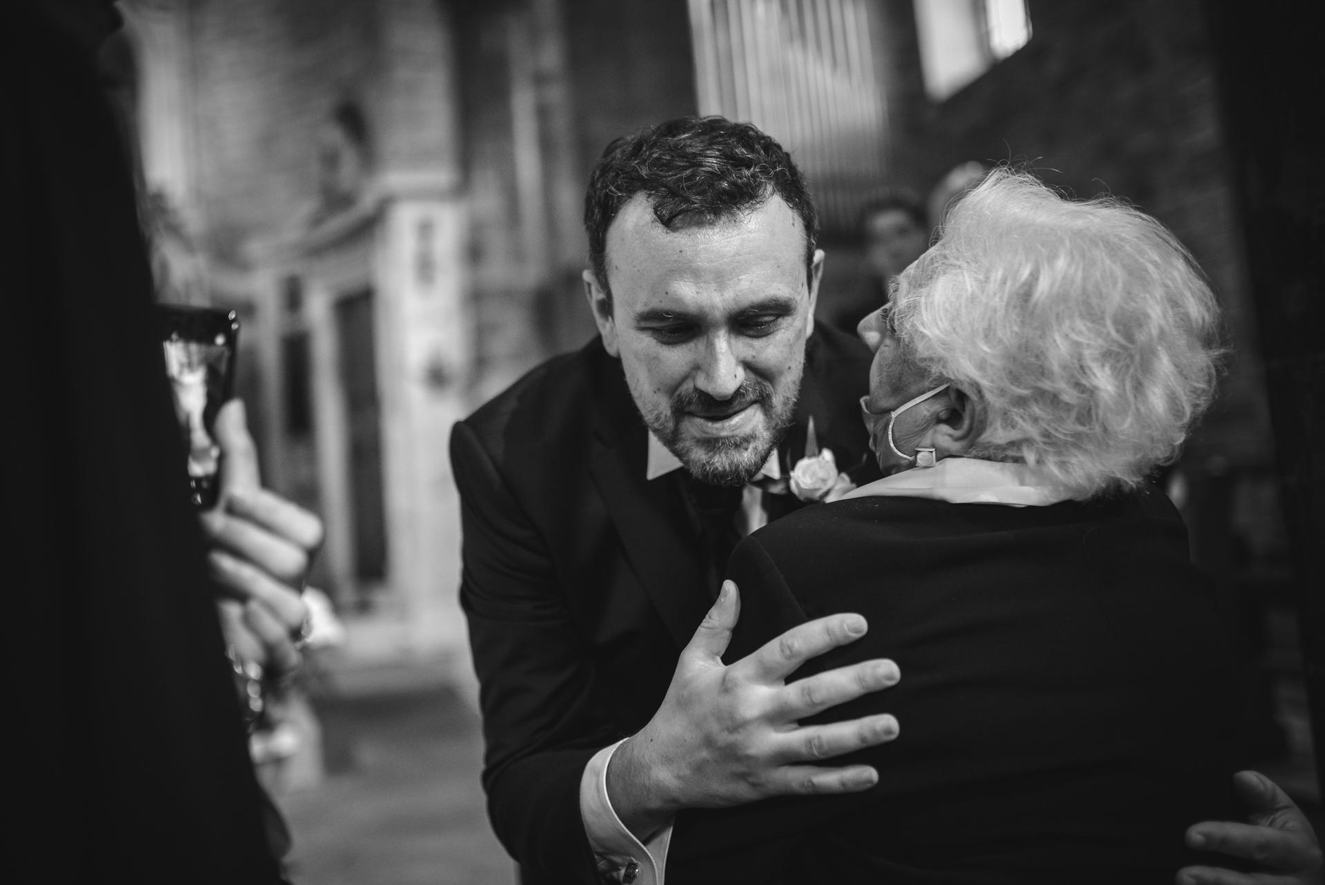 Photographe d'Elopement Toscane | Les invités ont tous hâte de partager leur amour et leurs émotions avec le couple
