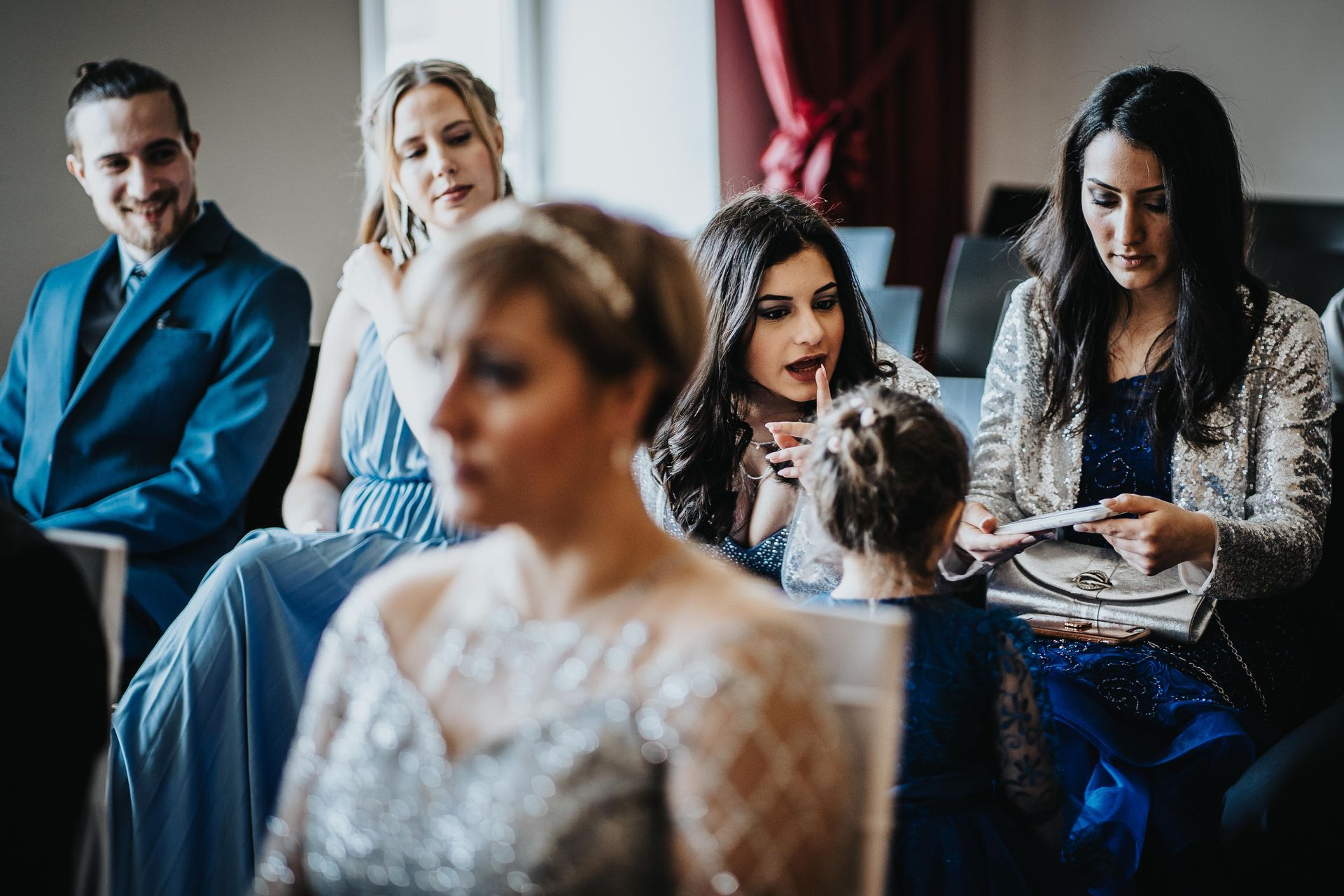 Standesamt Ebersbach small elopement ceremony pictures | Family members remind the bride's young daughter to stay quiet