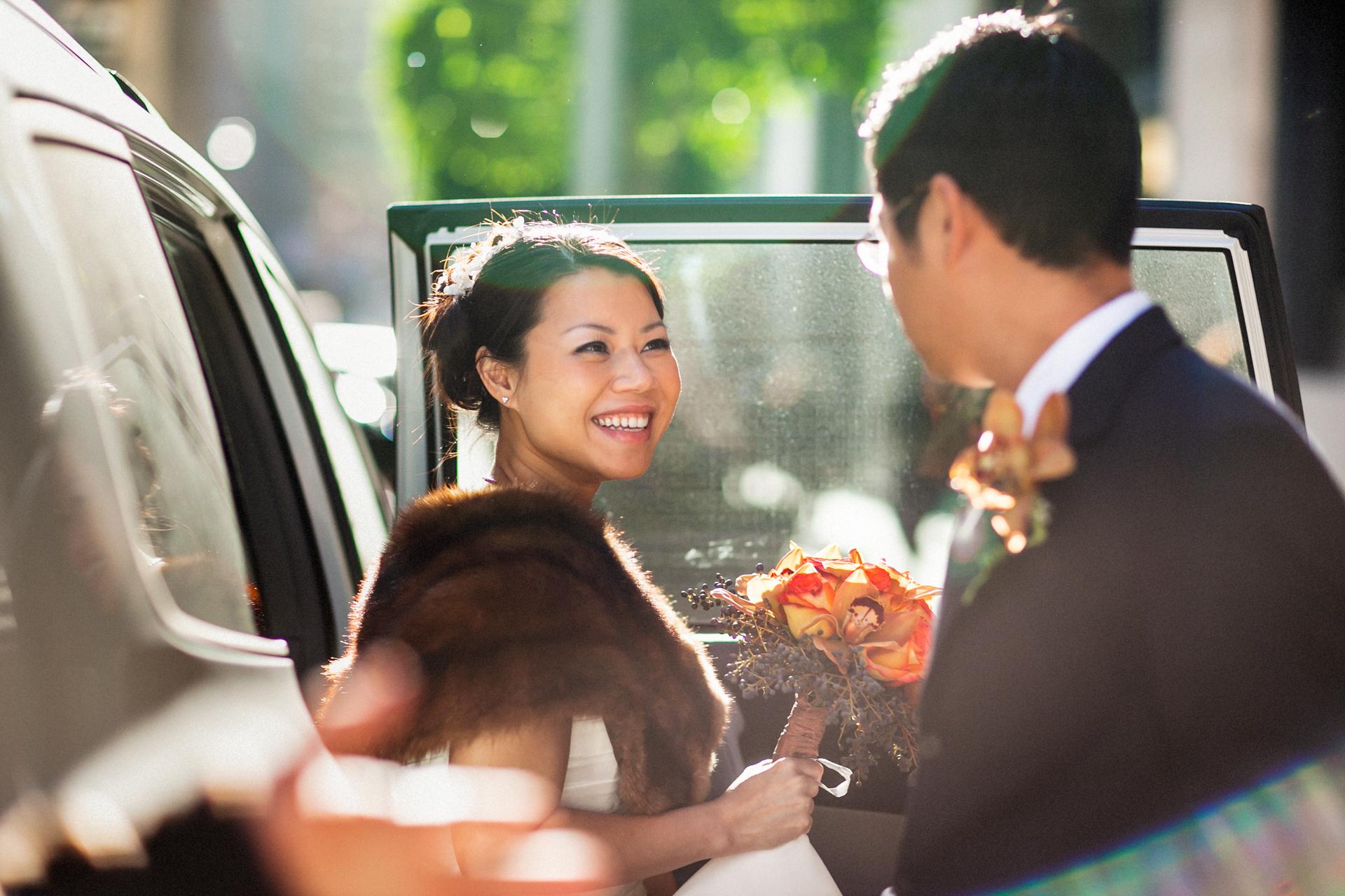 Heirats- und Verpflichtungszeremonie Fotografie im SF City Hall | Der Bräutigam kann seine Braut nicht aus den Augen lassen