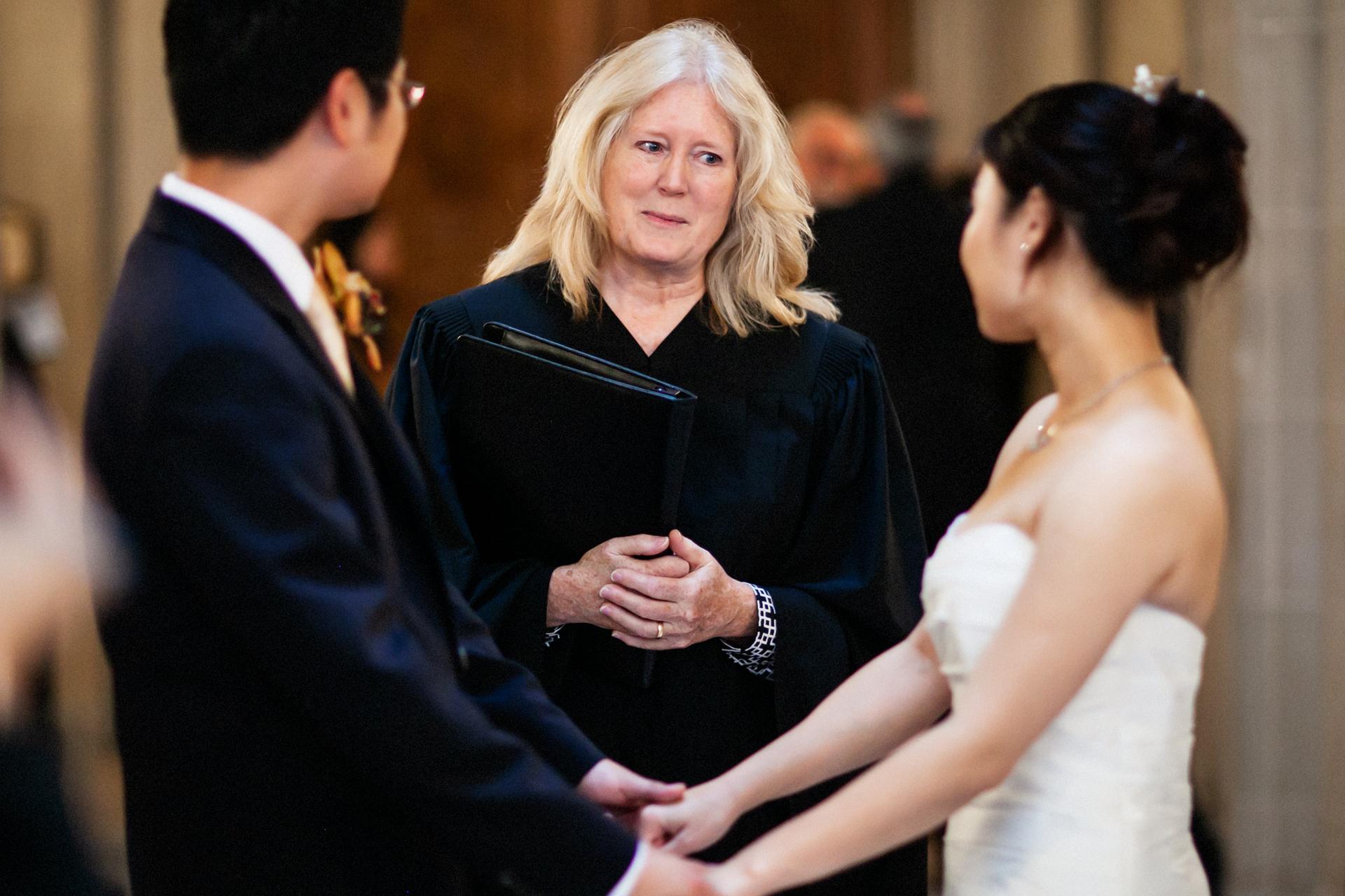 SF, CA Civil Elopement Ceremony Photo - Das Paar hört dem Offiziellen zu