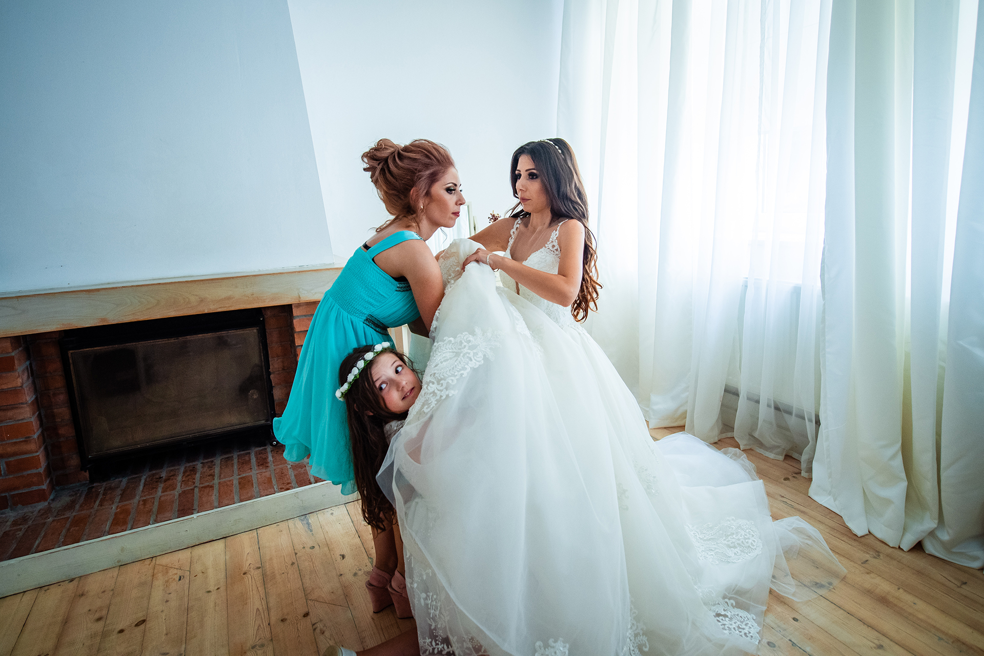 Best Guest House Ongal Elopement Photographer in Bulgaria | The Maid of Honor and one of the flower girls helps the bride
