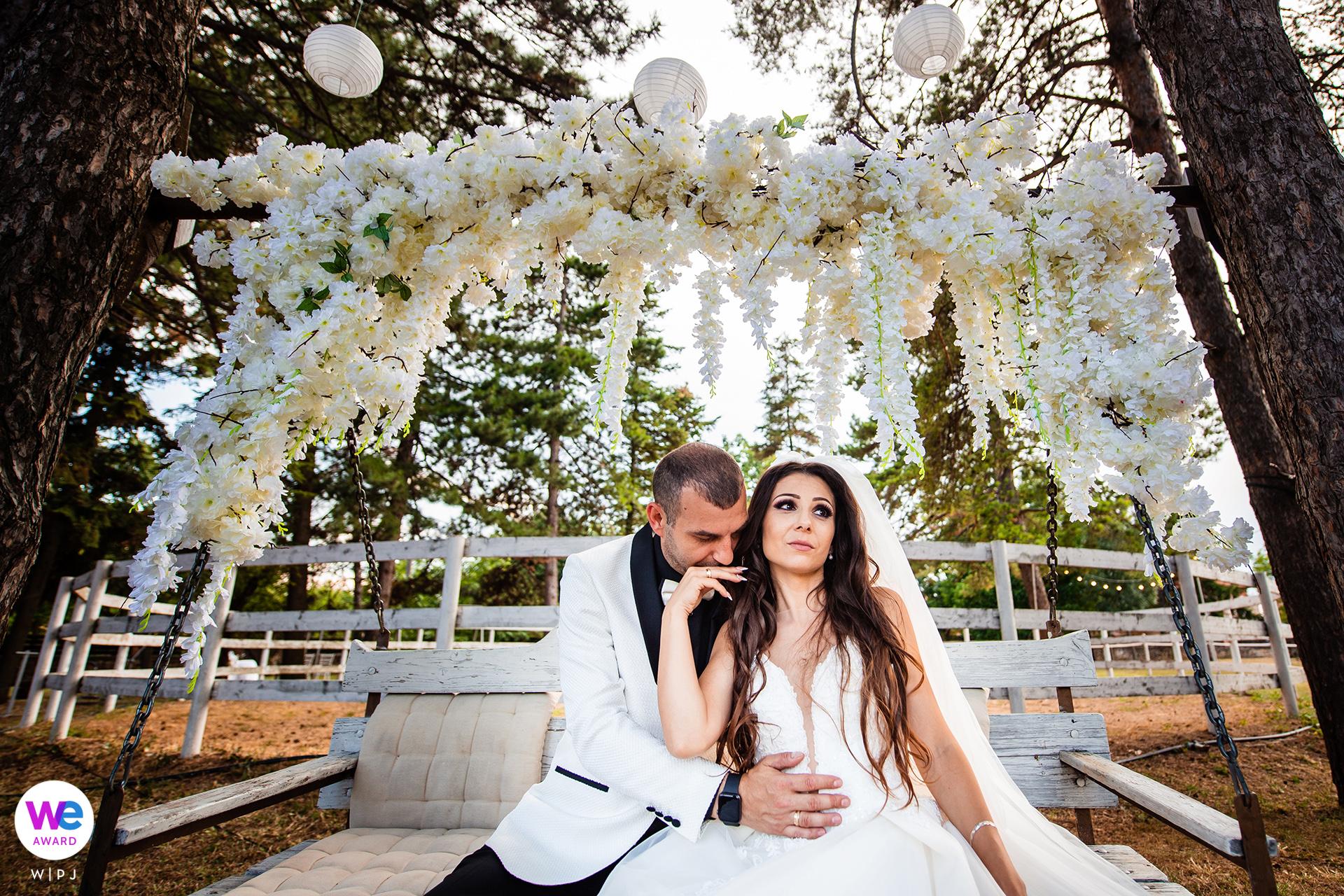 Fotos vom Guest House Ongal, einem 3-Sterne-Hotel - Karpacheva, Bulgarien | Das Brautpaar hat einen entspannten Moment auf der Wiege