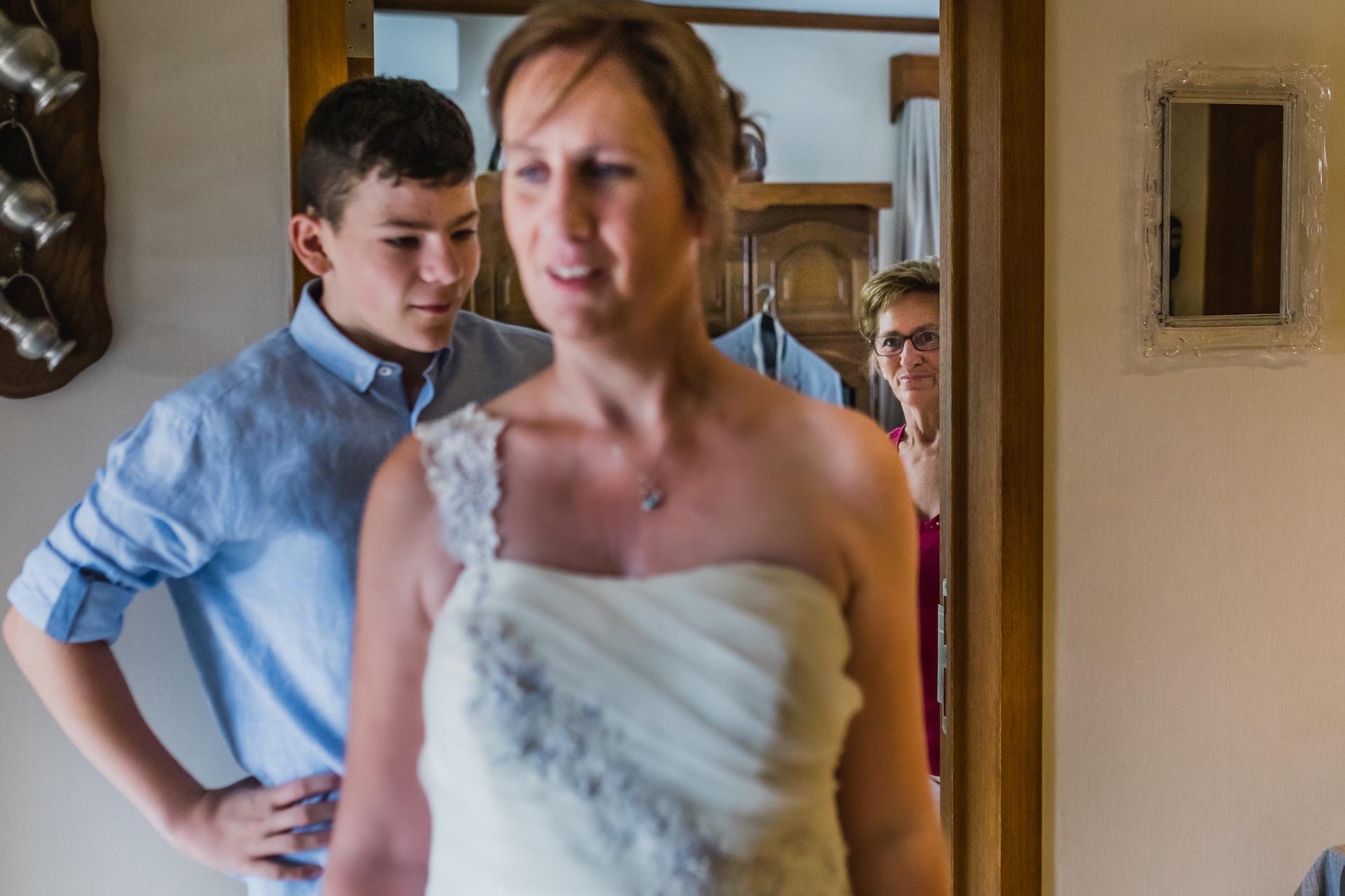 Bruselas, Bélgica Fotógrafo de fuga | La familia de la novia mira con amor