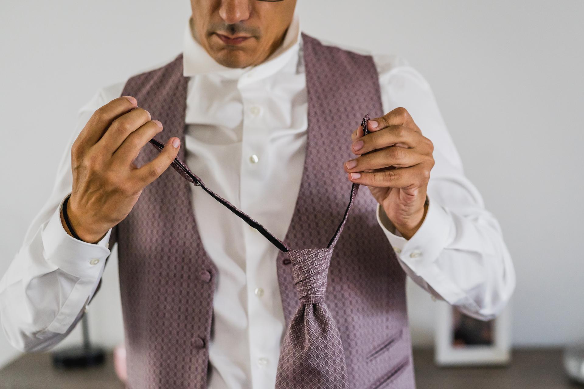 Fotos de la fuga belga de Bruselas | El novio se pregunta cómo ponerse la corbata.