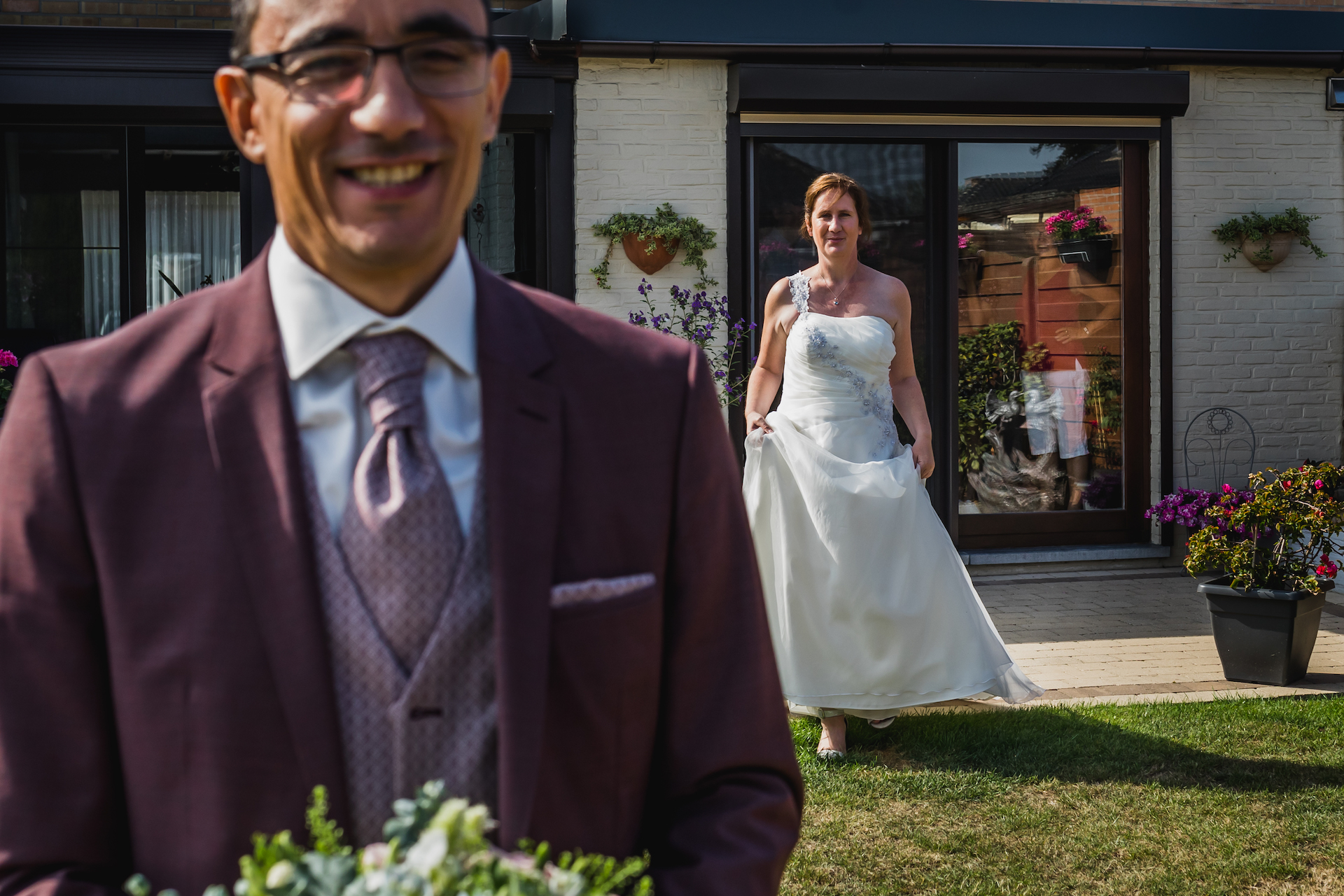Elopement Photographer Bruselas, Bélgica | El novio espera con entusiasmo y anticipación mientras la novia se acerca