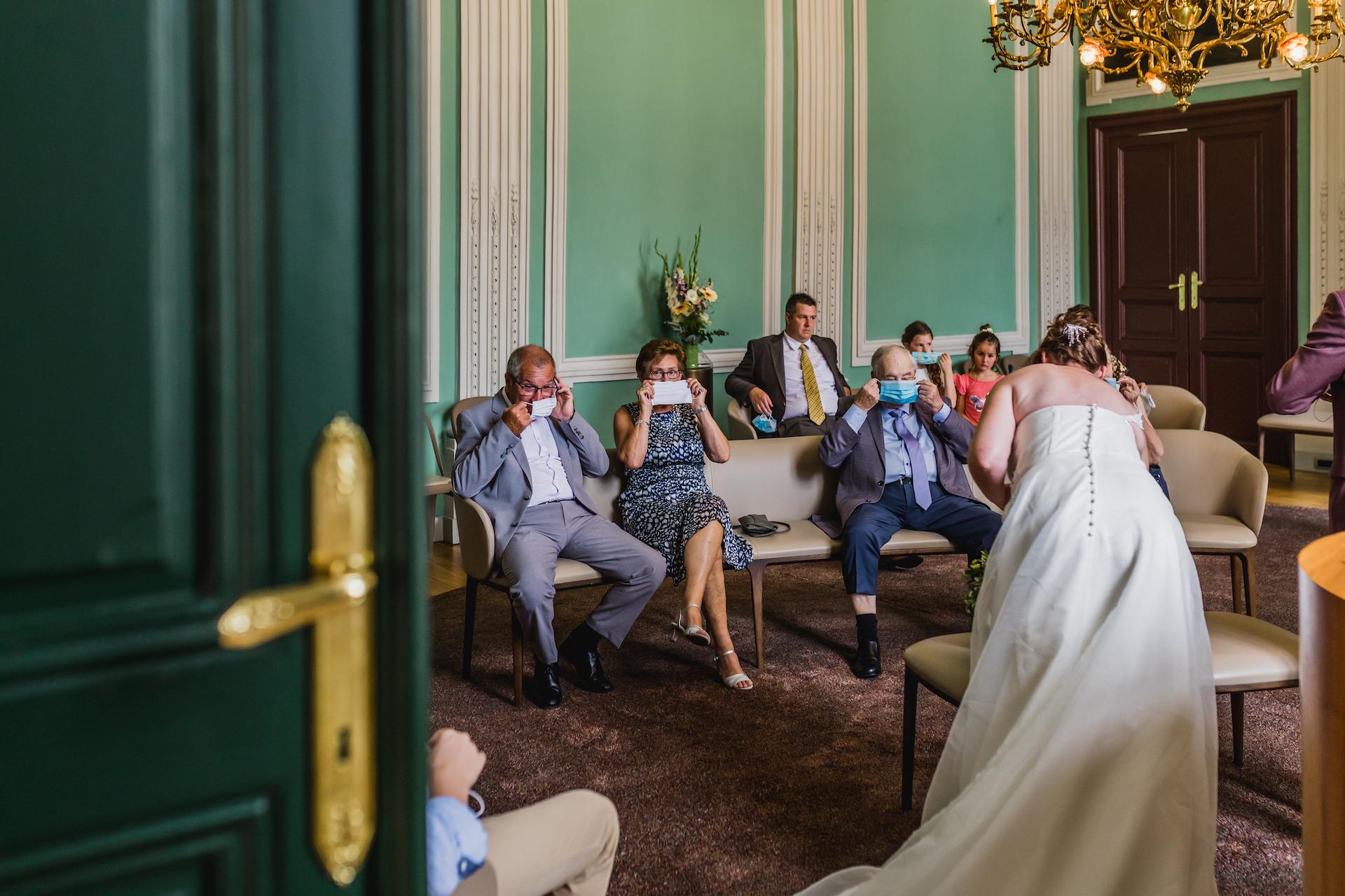 Ayuntamiento de Sint-Truiden - Imagen de la ceremonia de fuga de Bruselas COVID-19 | Los invitados a la boda se ponen sus mascarillas