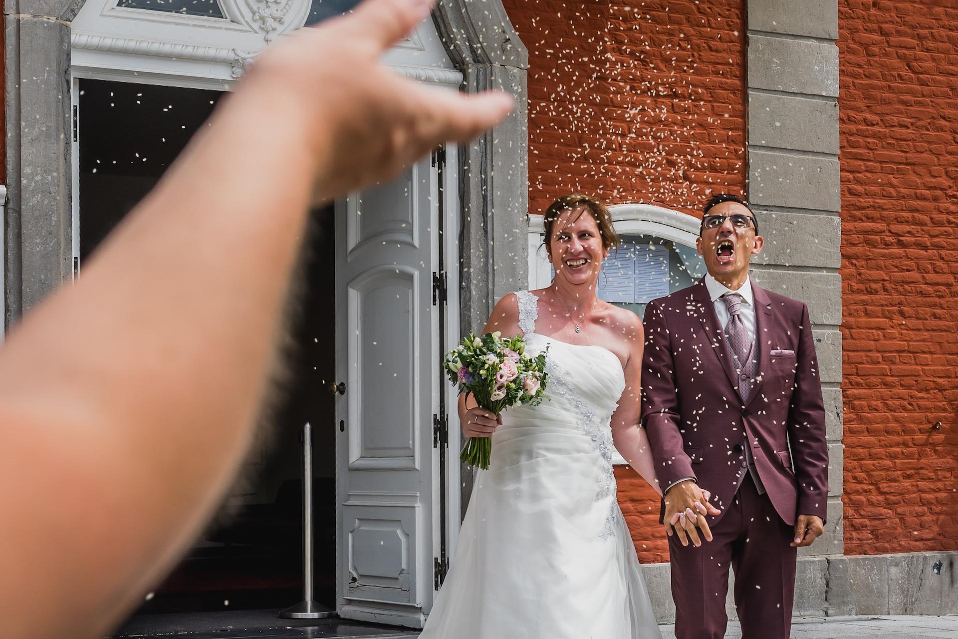 Imagen de la ceremonia de fuga de COVID del Ayuntamiento belga de Sint-Truiden | Al salir del Ayuntamiento, los miembros de la familia y los invitados arrojan arroz
