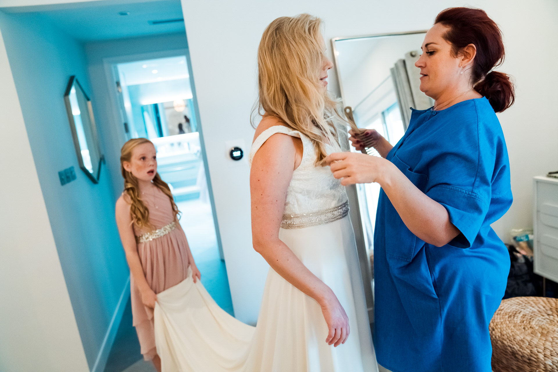 Dubai Villa, UAE At-Home Elopement Photographer | The bride's daughter helping her mother get ready