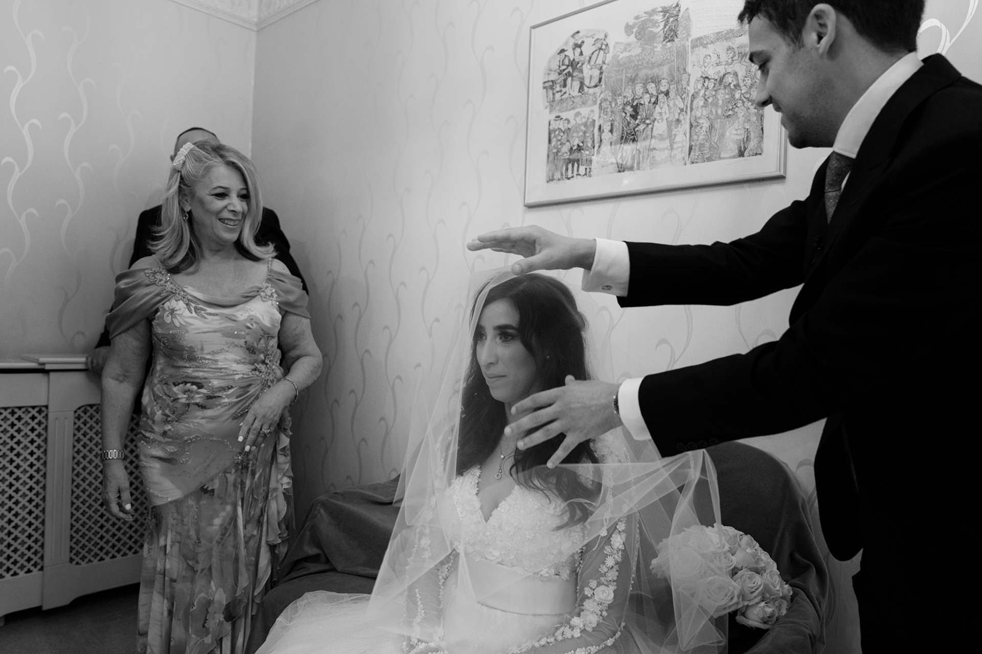 Wedding Photography at the Central Synagogue | The groom veils the bride during the Bedekken ceremony