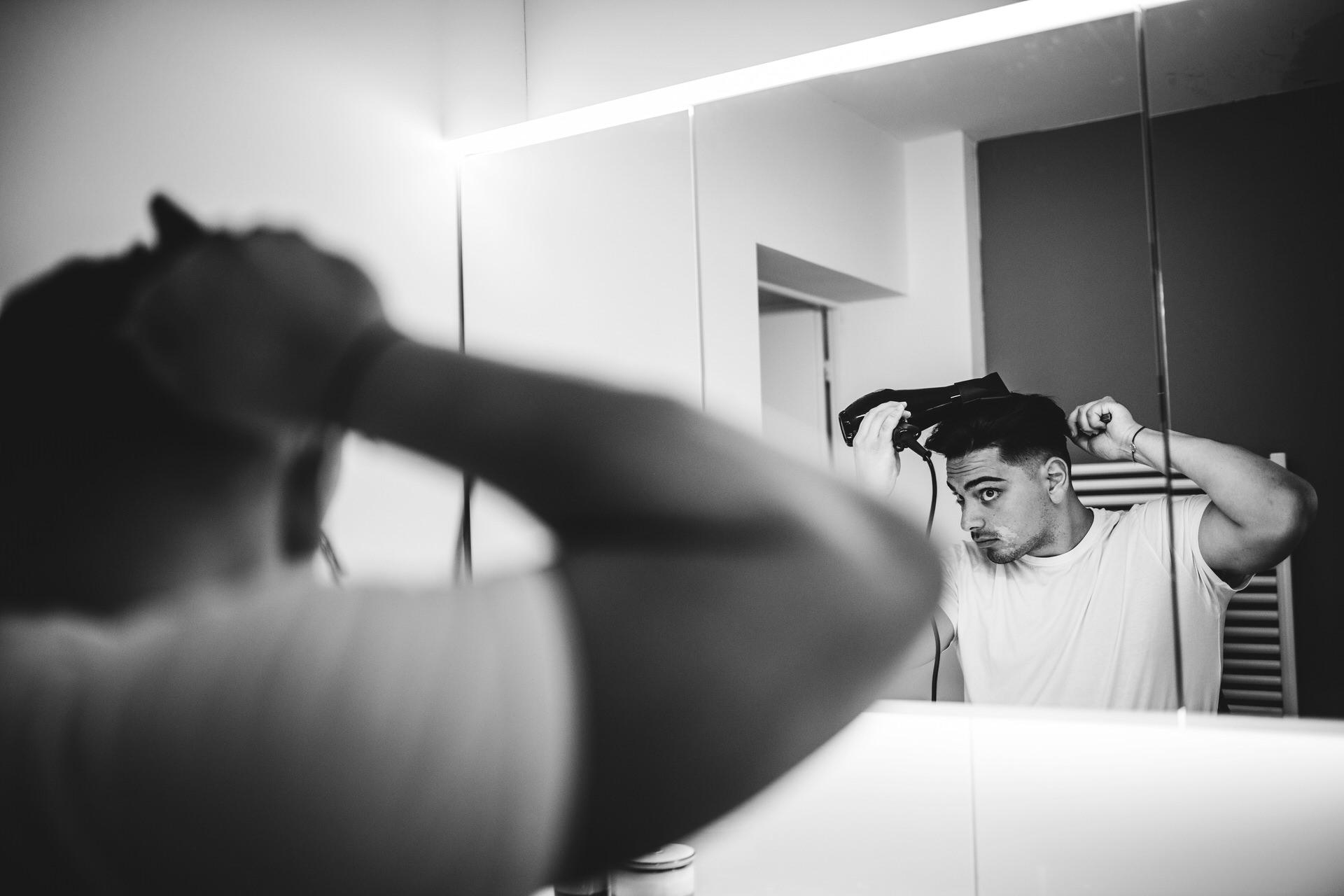Zurich Elopement Photography en Suisse | Le marié s'assure qu'il a l'air parfait pour sa cérémonie de mariage