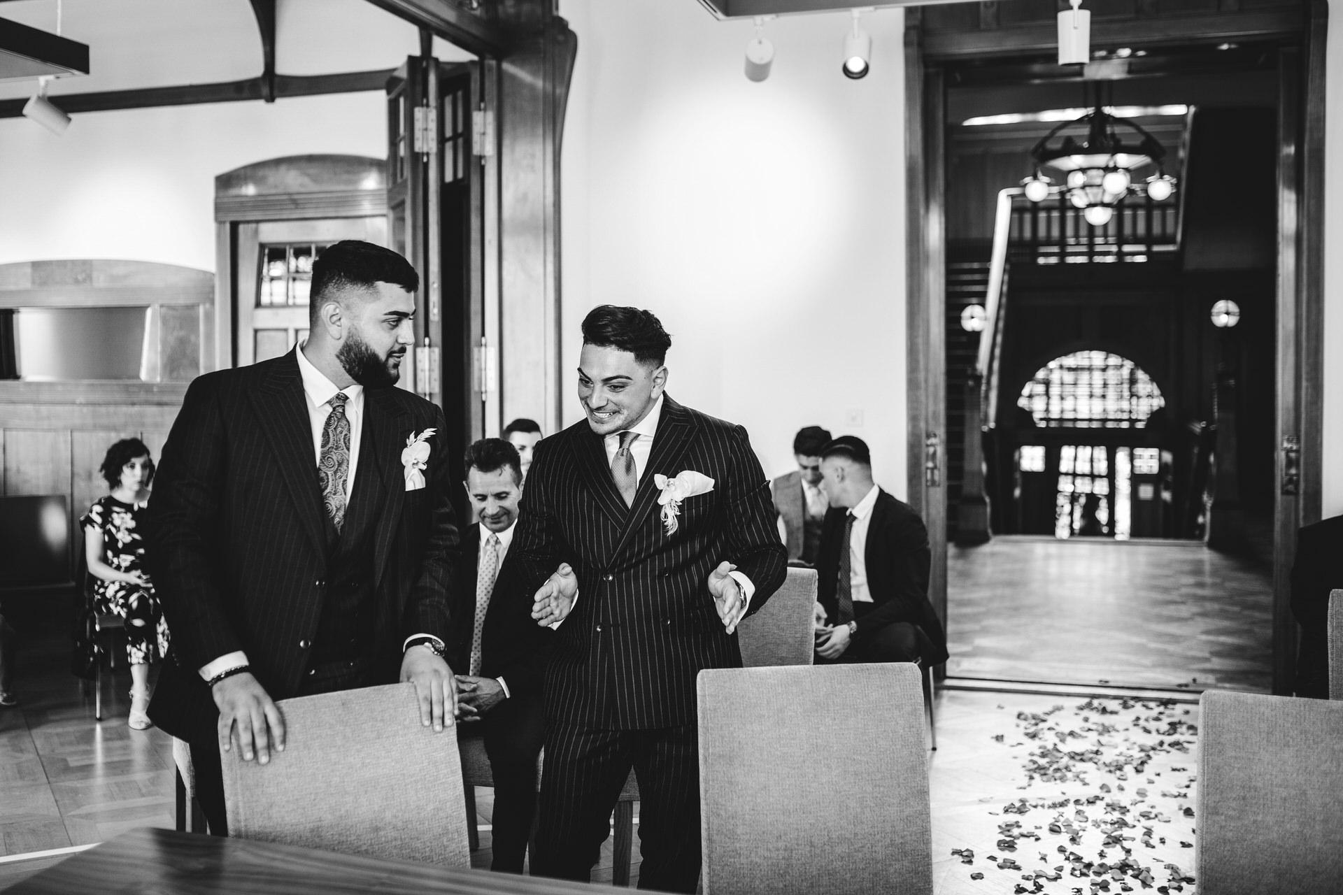 Image de mariage de Seerose Villa en Suisse | Le marié attend avec excitation l'arrivée de sa mariée