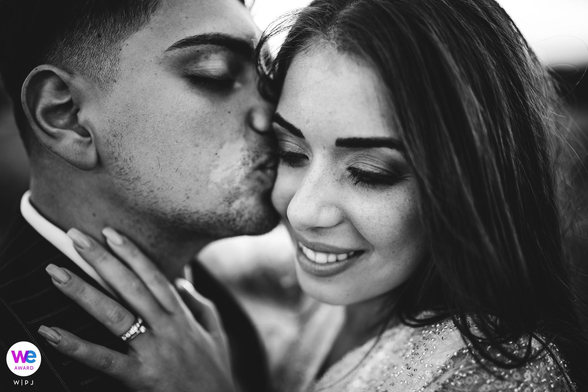 Zurich, Suisse Meilleurs Photographes Elopement | Le marié donne un baiser à sa mariée pendant les portraits