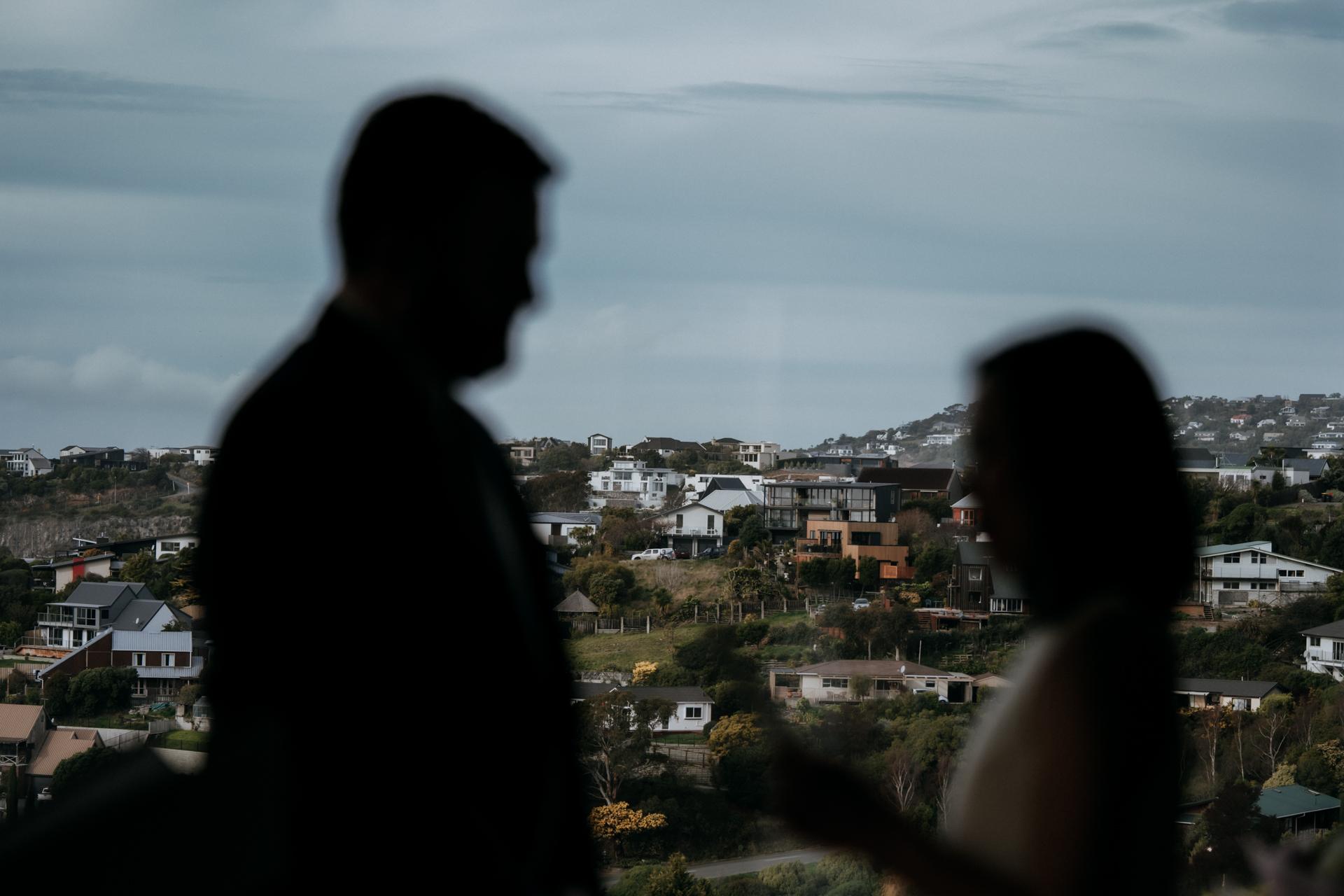 At Home Christchurch Nieuw-Zeeland Elopement Picture - Dit paar hoefde niet ver te gaan om de perfecte setting voor hun bruiloft te hebben, en kozen ervoor om in hun eigen huis in Christchurch te trouwen