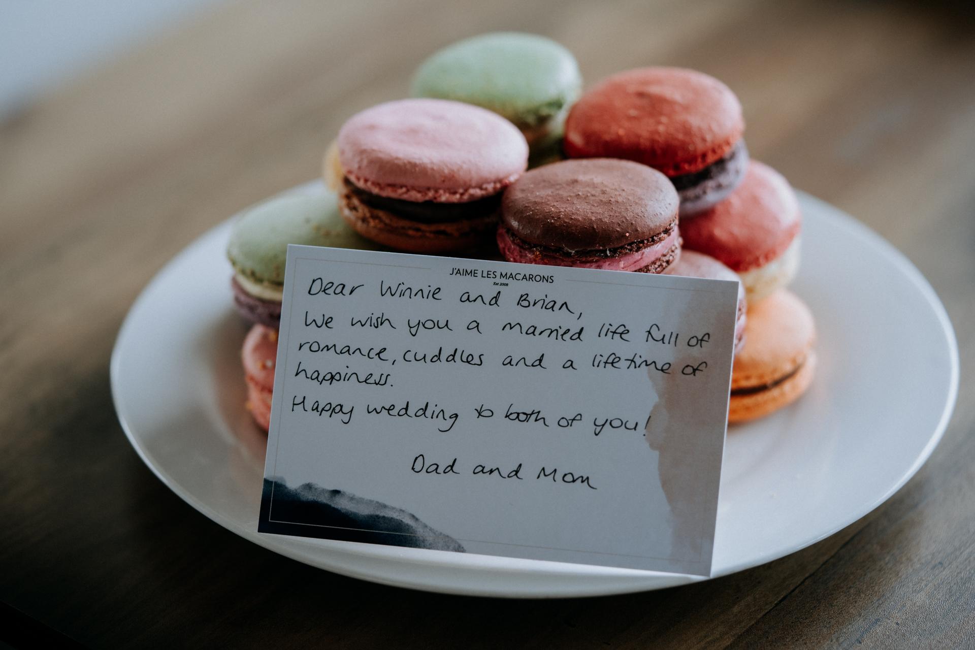 Christchurch, NZ Schaking Detailfoto | Hoewel hun familie niet aanwezig was, stuurden ze toch een mooi geschenk van kleurrijke macarons mee