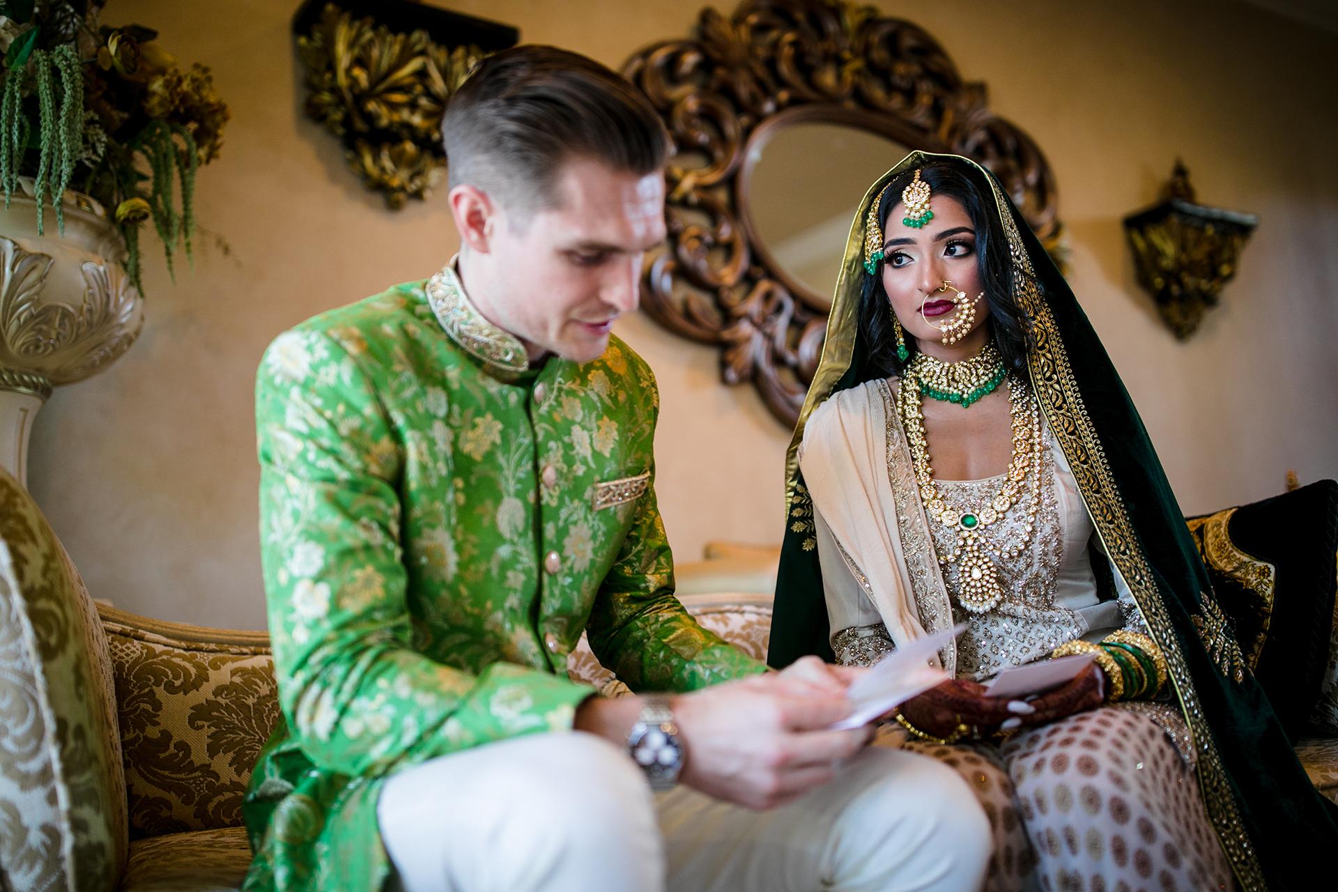 Een CA Backyard Elopement Photographer | De bruid kijkt naar de bruidegom terwijl hij hun geloften voorleest