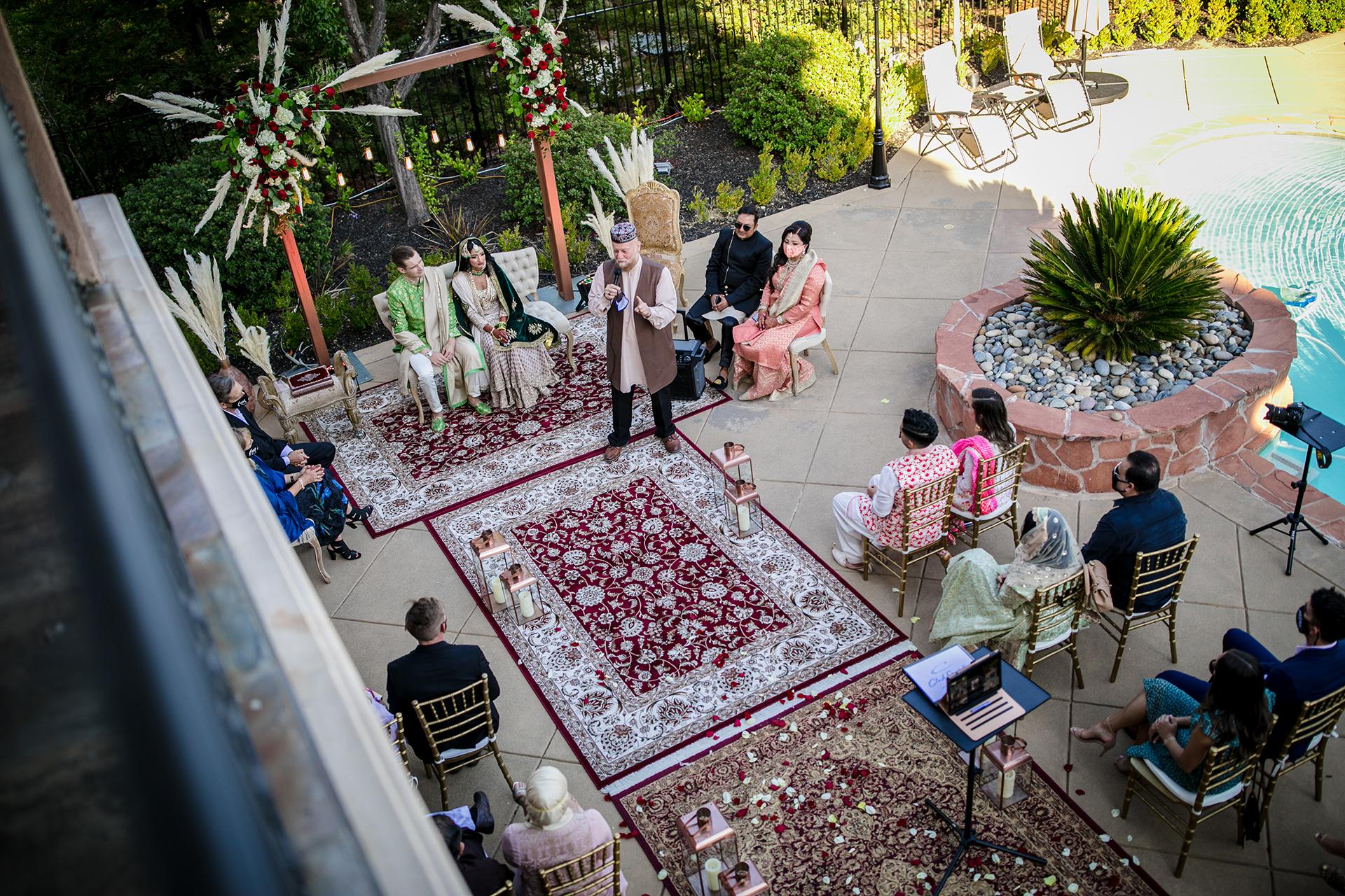 Pleasanton, Californië Buitenshuis schakingfotografie | Als we vanaf het balkon naar beneden kijken, kunnen we de ceremonie zien