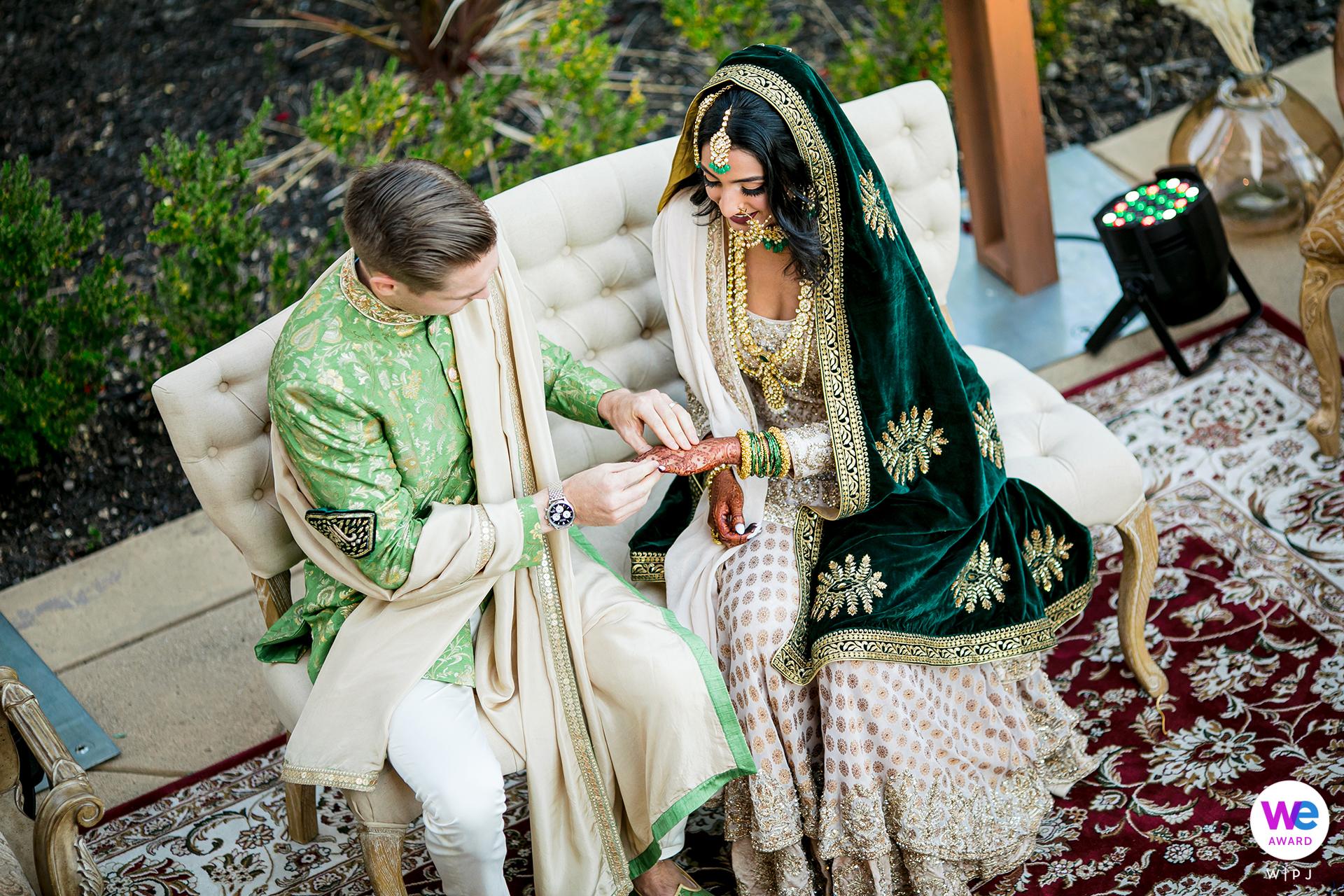 Schakingfotografen in Noord-Californië | de bruid en bruidegom gekleed in traditionele kleding zaten buiten