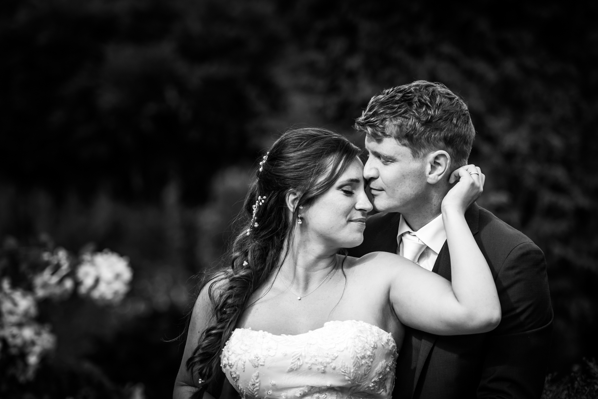Landgoed Tielens, Hoeven, NL Elopement Portraits | Dopo che le foto di gruppo sono state scattate, c'è stato un breve minuto di intimità per gli sposi