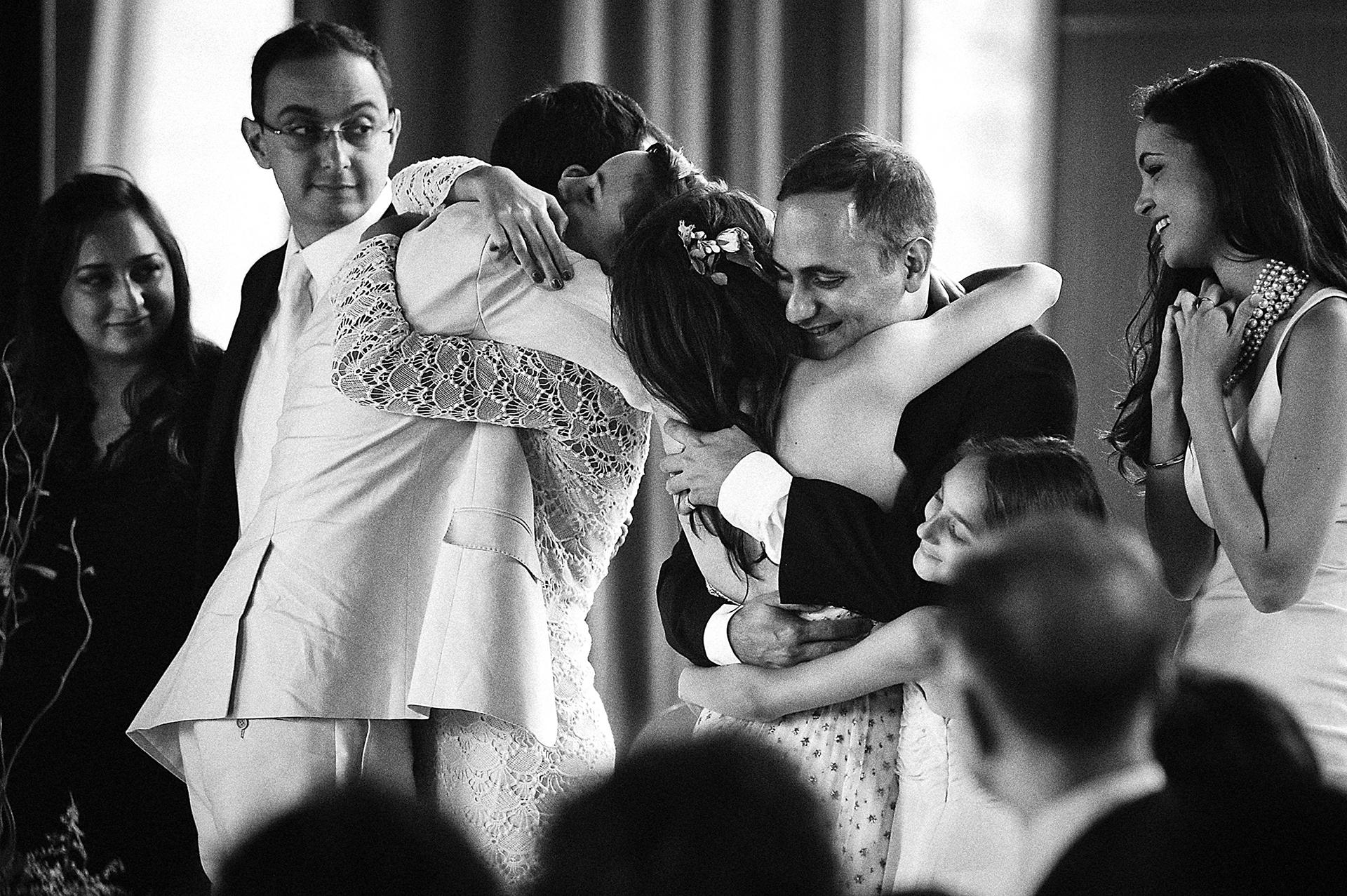Green T. House, Peking Elopement Zeremonie Bild   Nach der Zeremonie verschwendete die Familie das Paar mit Küssen und Umarmungen