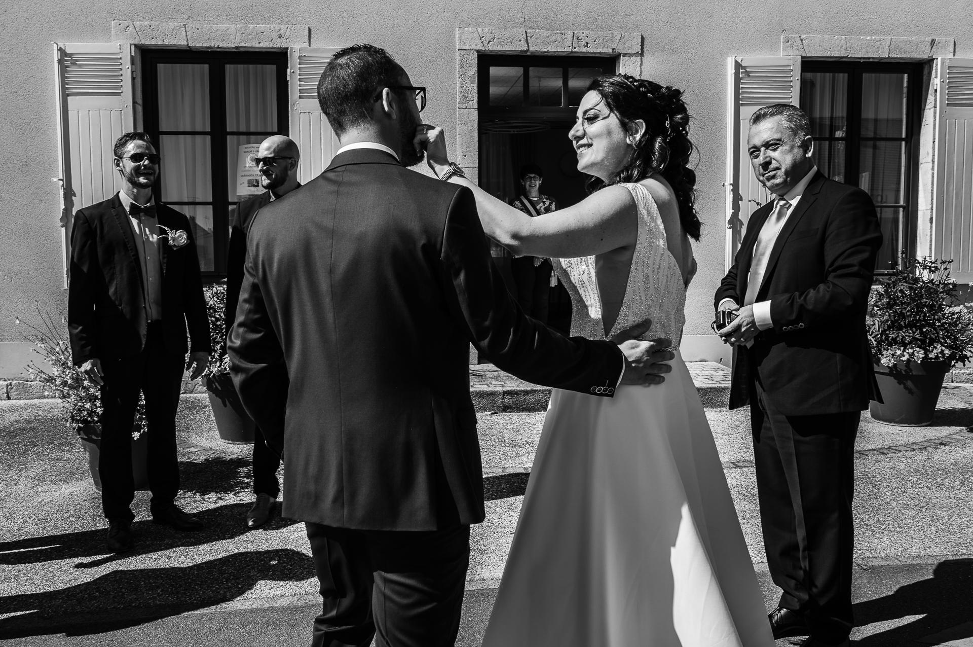 Orléans France Elopements und Paris Fotografen | Die erste Begegnung des Paares kurz vor dem Betreten des Rathauses