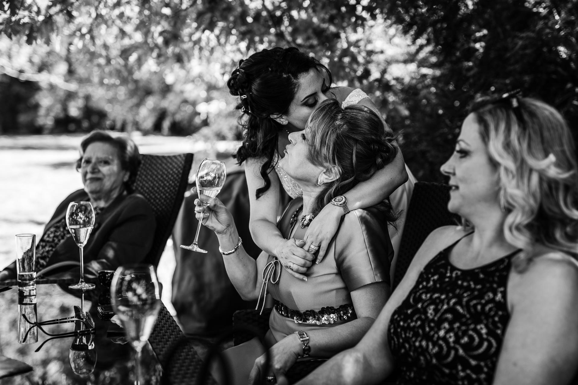Beste Frankreich Hochzeit und Elopements Bild | Die Mittagszeit war eine Mischung aus Lachen, Reden und offenen Momenten