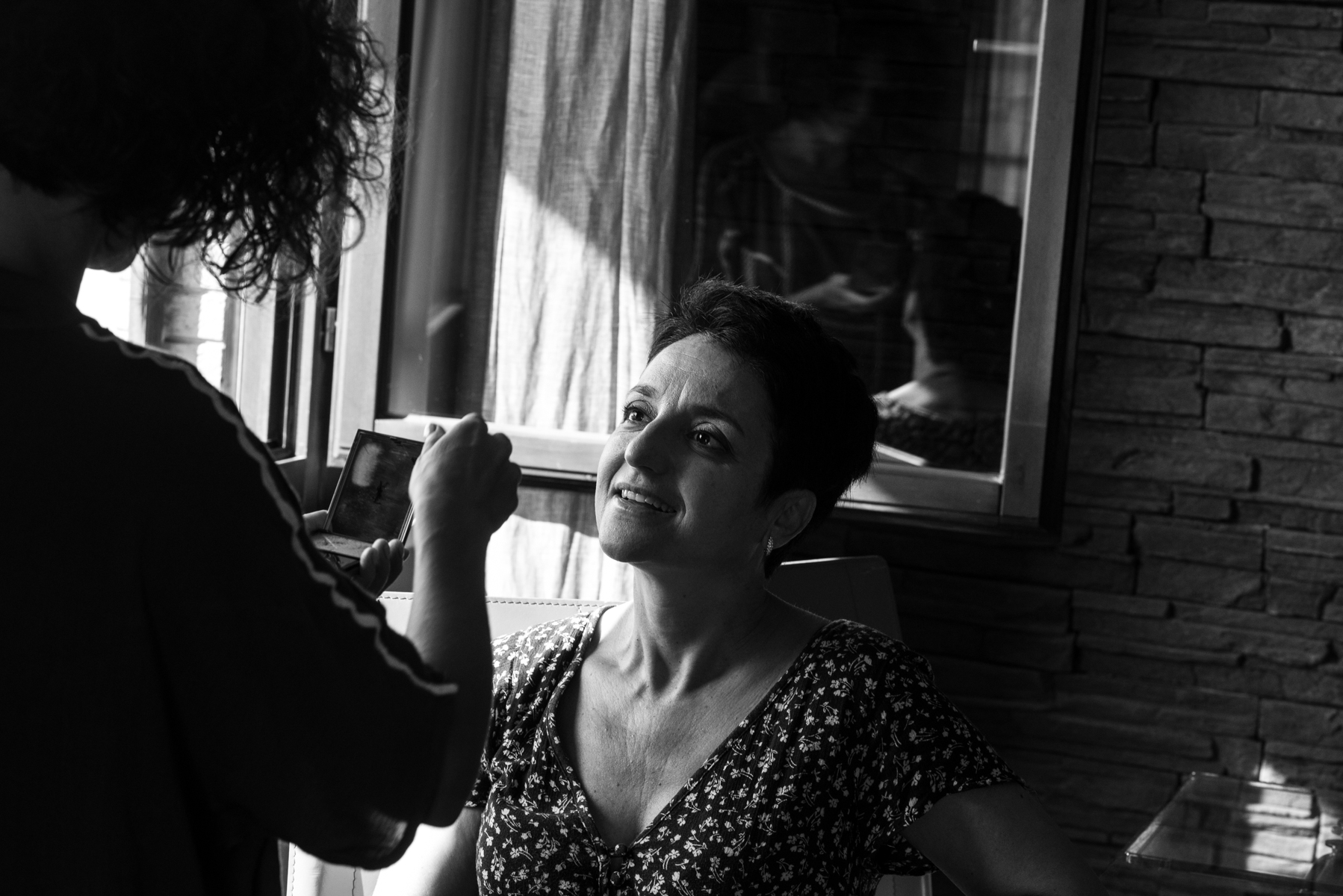 Avezzano - L'Aquila - Italy Elopement Prep Image | The bride, who usually does not use make-up products, listens to her sister-in-law's advice