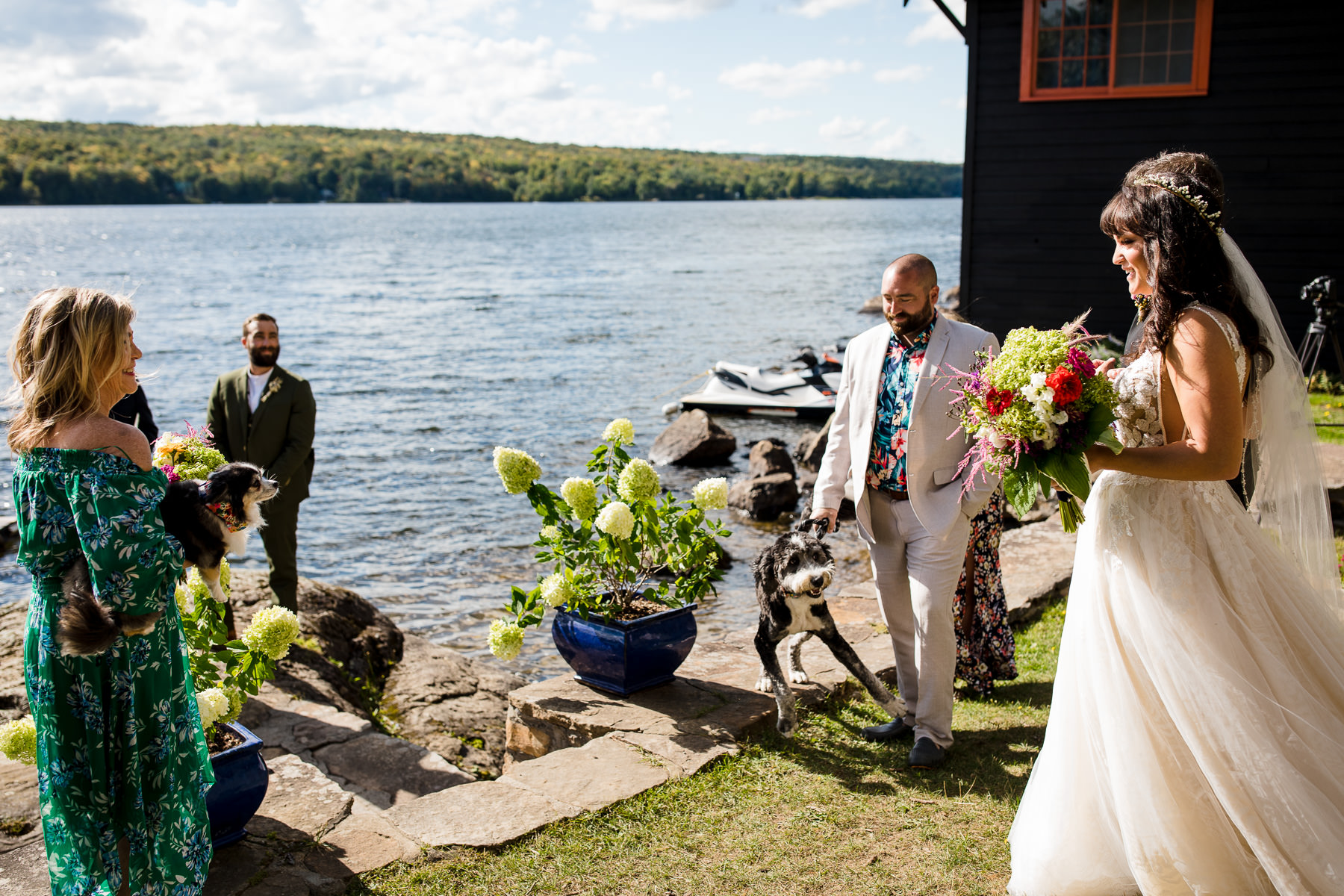 Image de mariage du lac Adirondacks | La mariée arrivant sur le lieu de la cérémonie de mariage en plein air