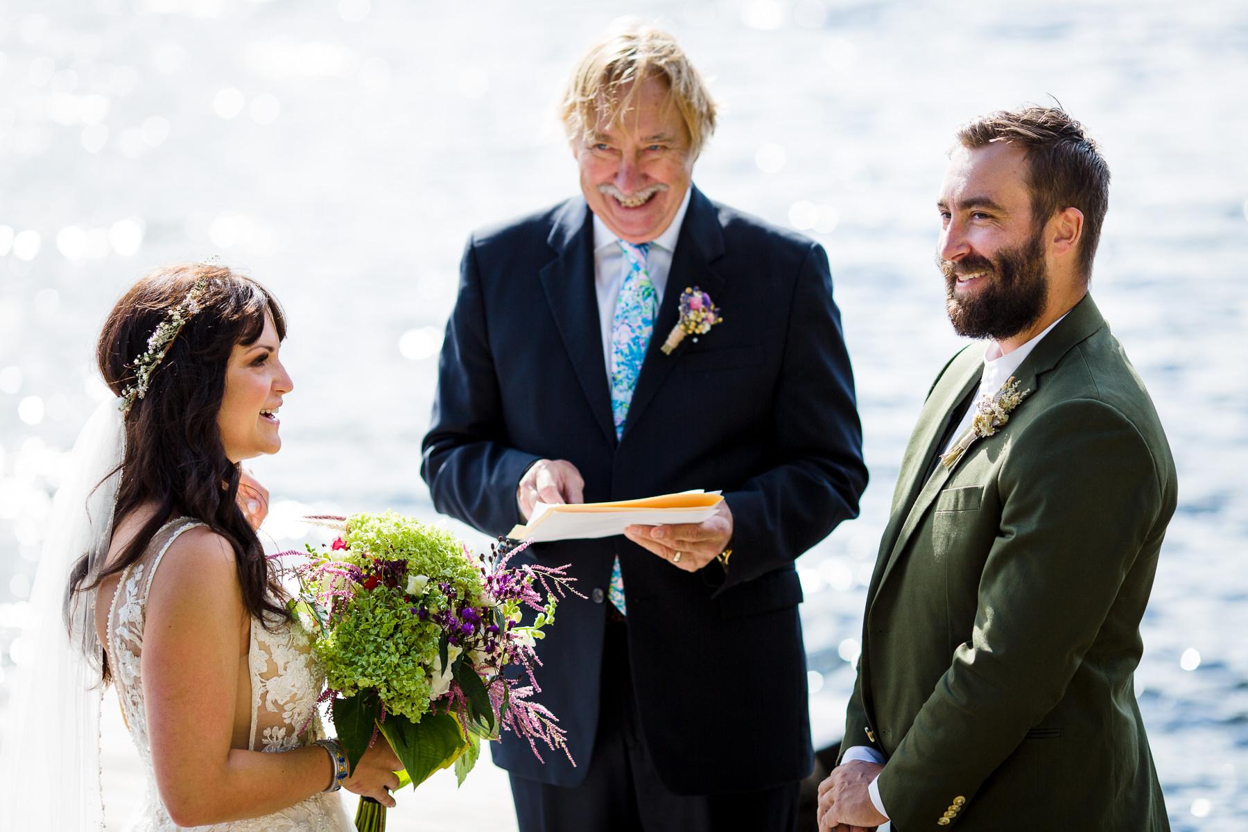 Beste Chateaugay Lakes, NY Fotografie | De huwelijksceremonie vond plaats op een rotsblok aan de rand van het meer
