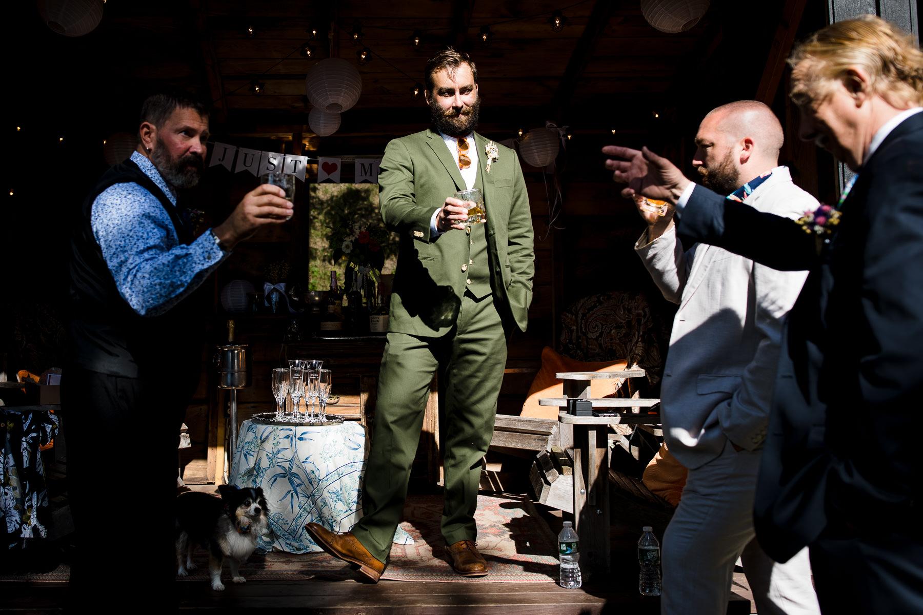Lower Chateaugay Lake, NY Photo de mariage | Le marié grillage avec du bourbon spécial