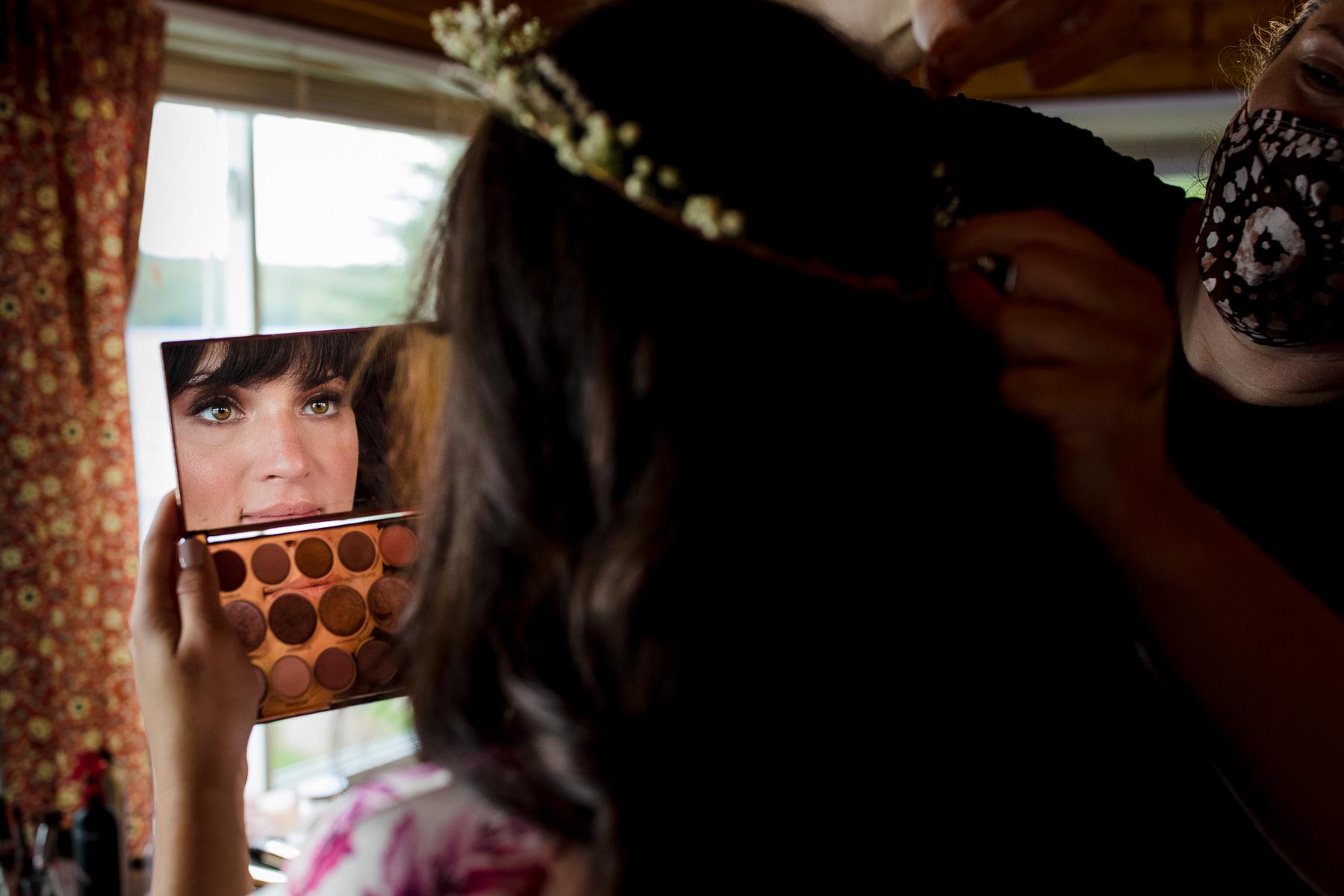 Private Adirondacks Upstate New York Wedding Venue | De bruid die een kijkje neemt in haar pas opgemaakte make-up