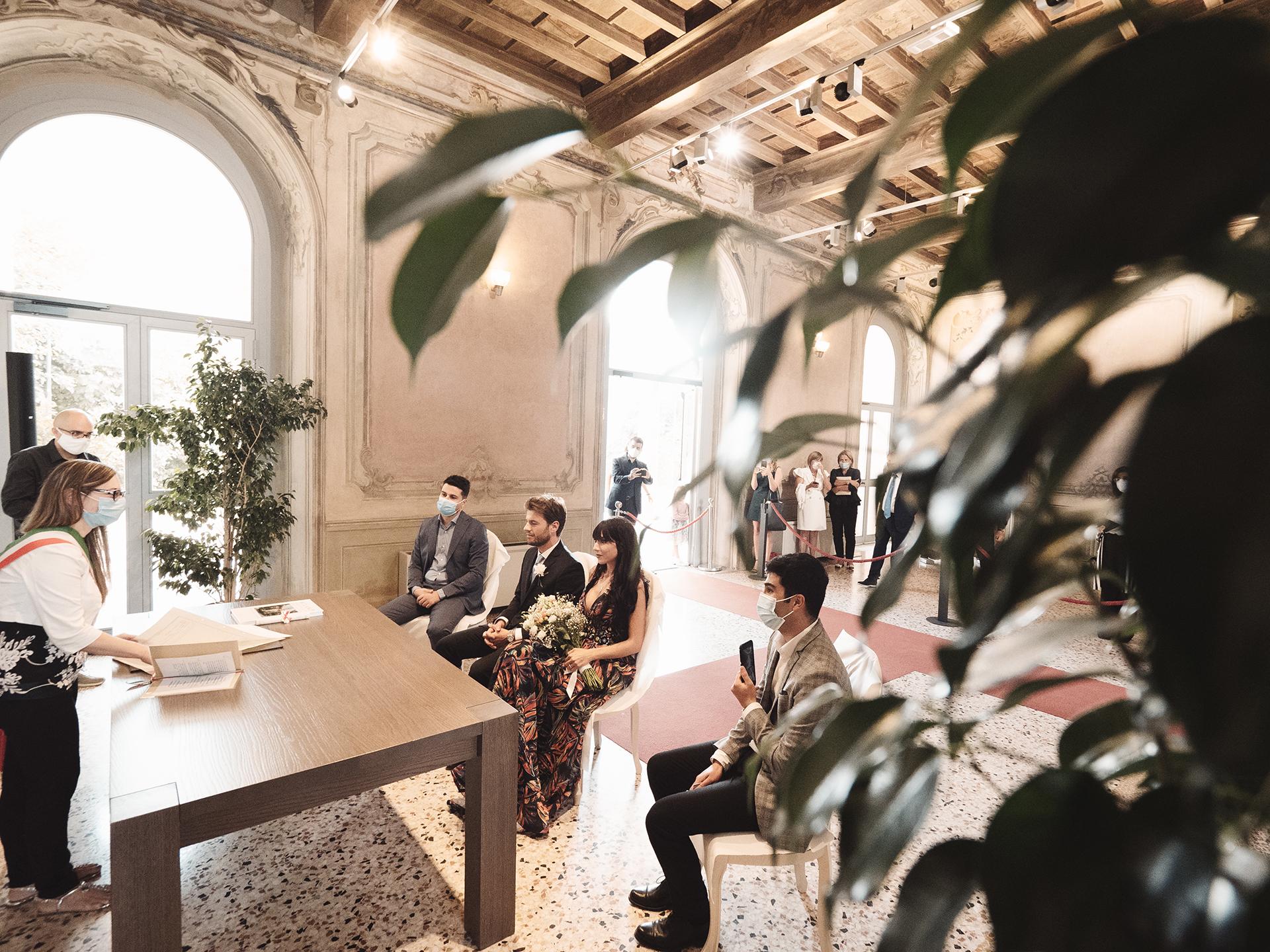 Villa Litta Modigliani Elopement Ceremony Zdjęcie | Drużba transmituje online ceremonię cywilną swoim telefonem komórkowym