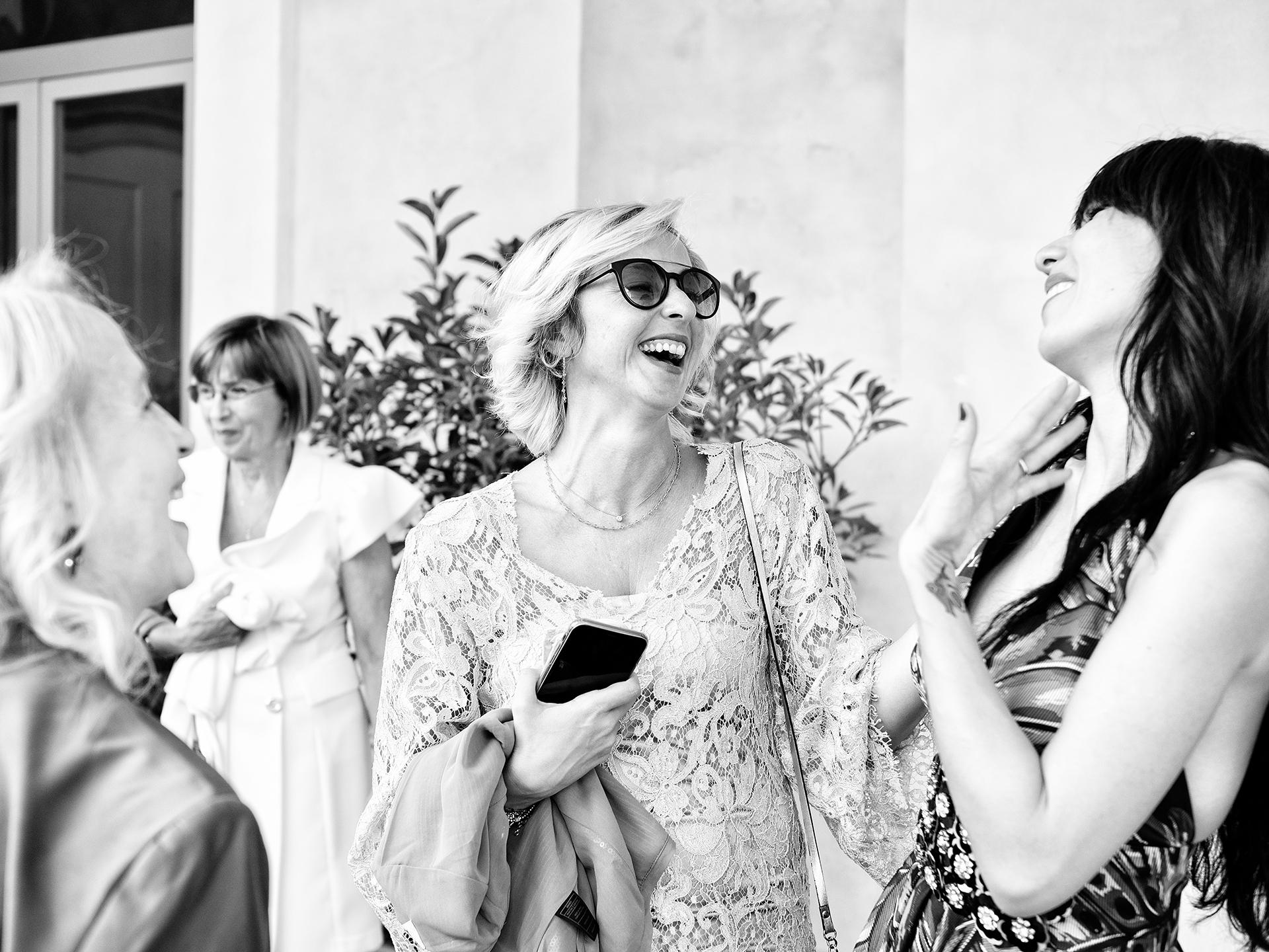 Zdjęcia elopement willi IT na świeżym powietrzu | Panna młoda uśmiecha się i śmieje się z przyjaciółmi