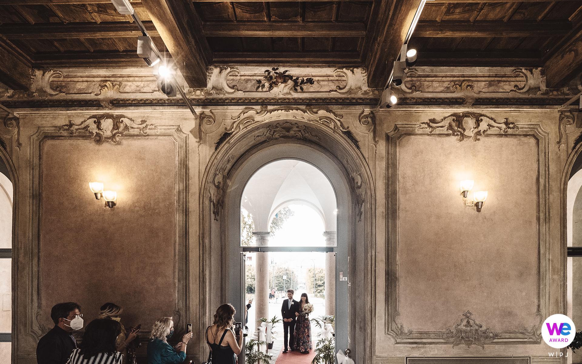 Fotografia włoskiej willi Elopement | Państwo młodzi wchodzą do luksusowego pokoju w Villa Litta Modignani