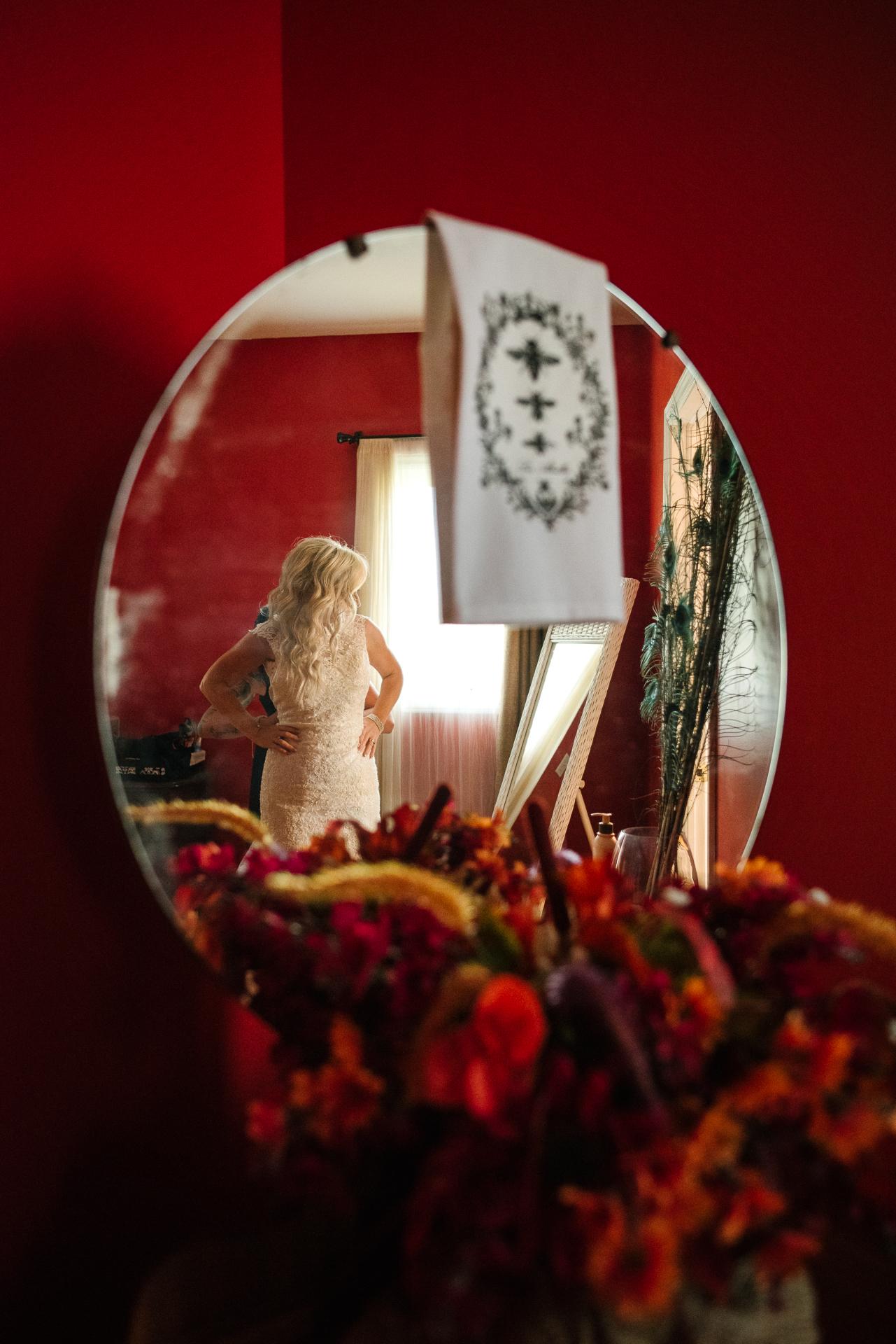 Tamworth Hochzeitsort Fotografie | Die Braut zieht ihr Hochzeitskleid in der Hochzeitssuite an