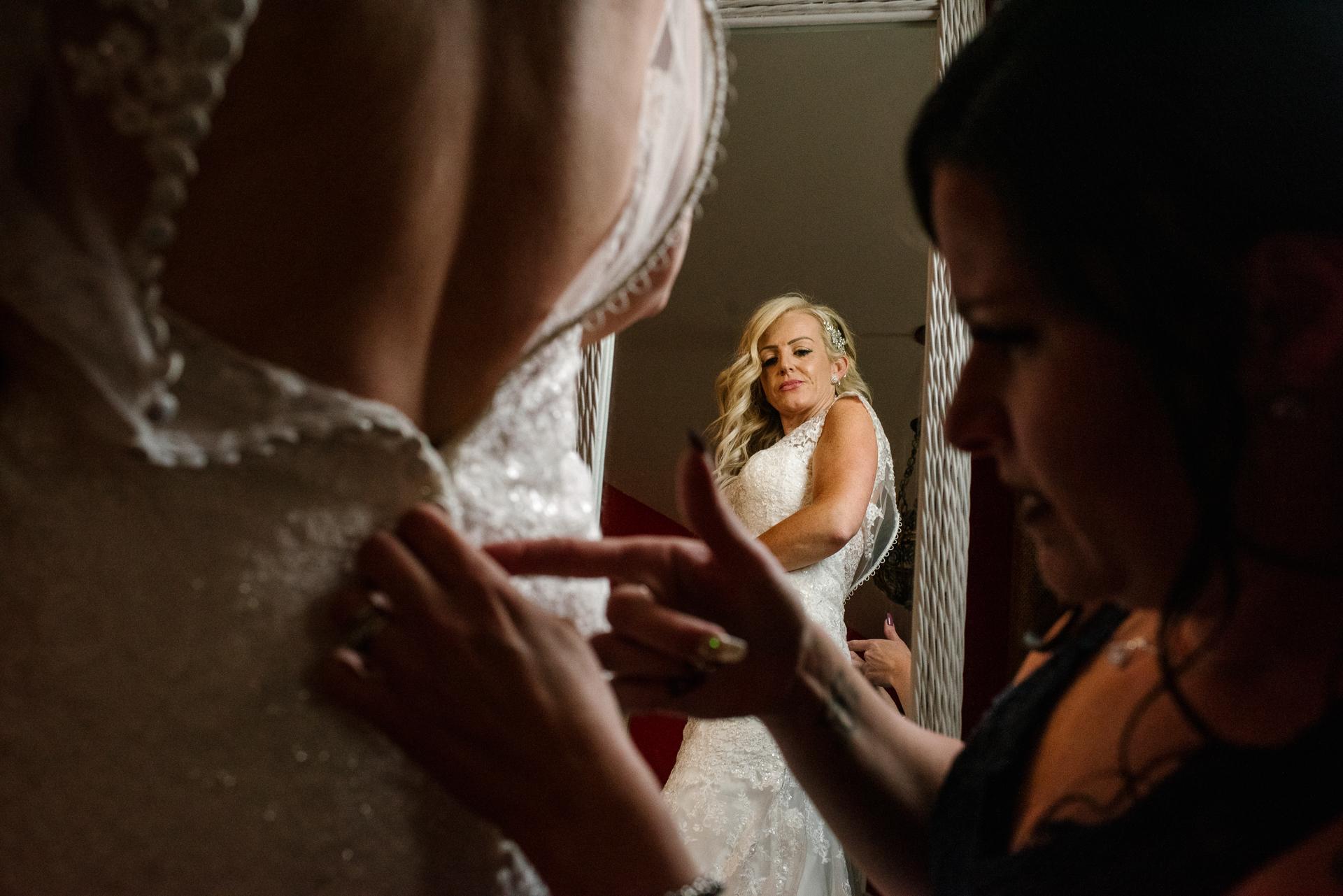 Hochzeitsfotografie - Tamworth | Die Braut schaut noch einmal in den Spiegel