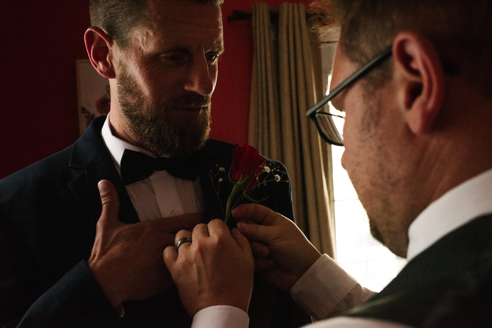 Tamworth Hochzeitsfotograf | Der Freund des Bräutigams bringt den Boutonniere an