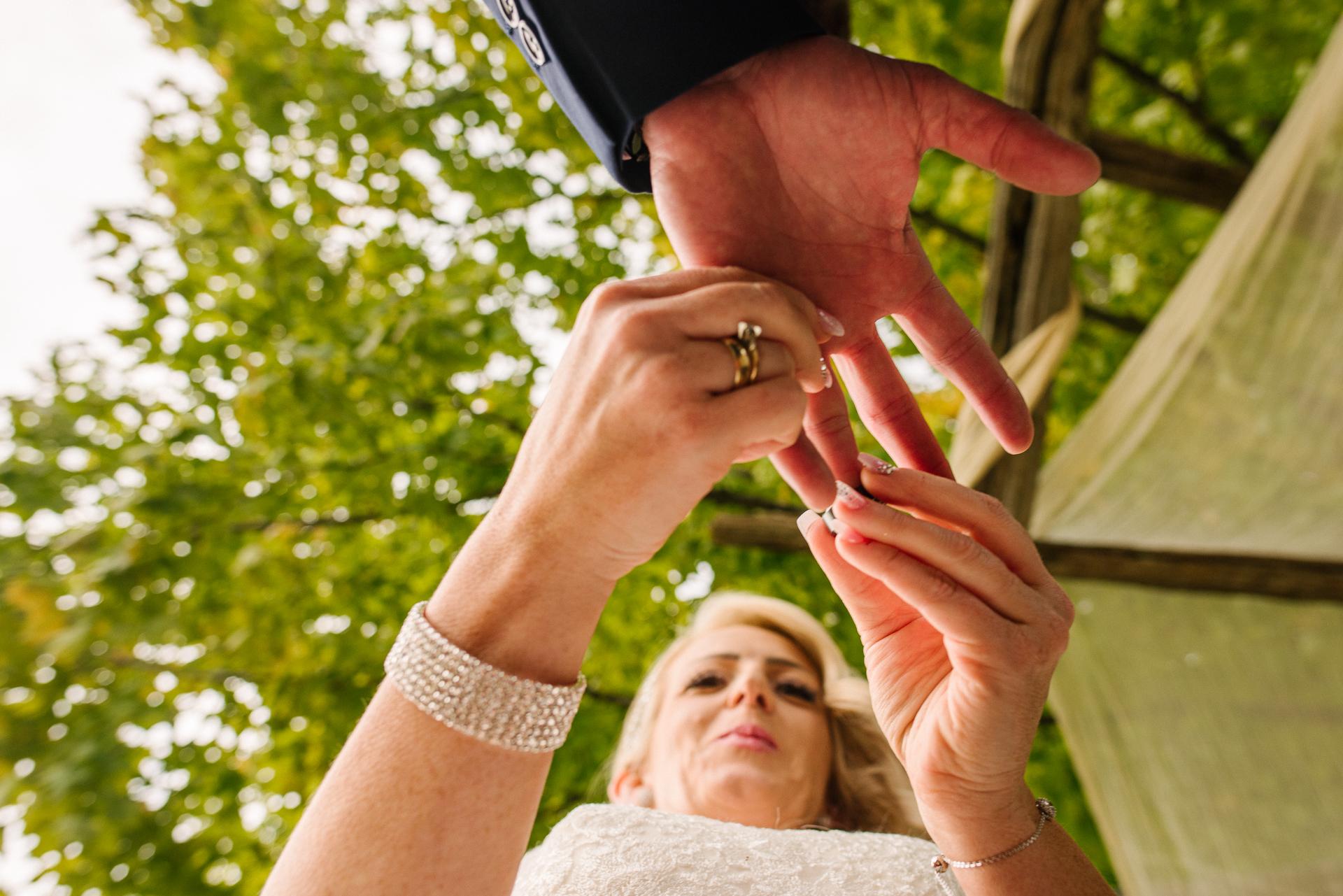 Ontario, Kanada Hochzeit im Freien Bild | Die Braut legt den Ehering auf den Finger des Bräutigams