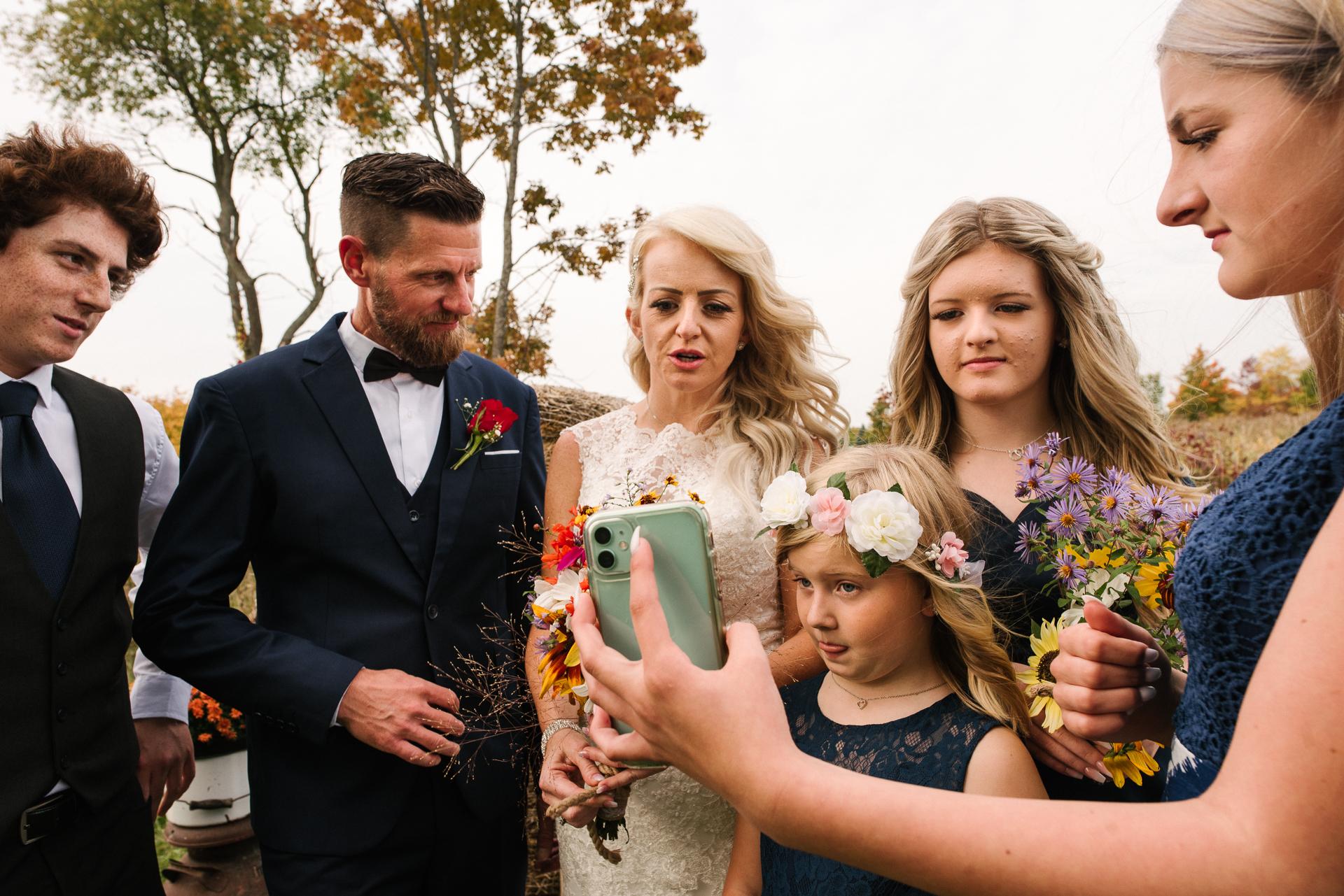 Ontario Outdoor Hochzeitsfoto | Braut und Bräutigam versammeln sich mit ihrer Familie zu einem modernen Hochzeitsporträt