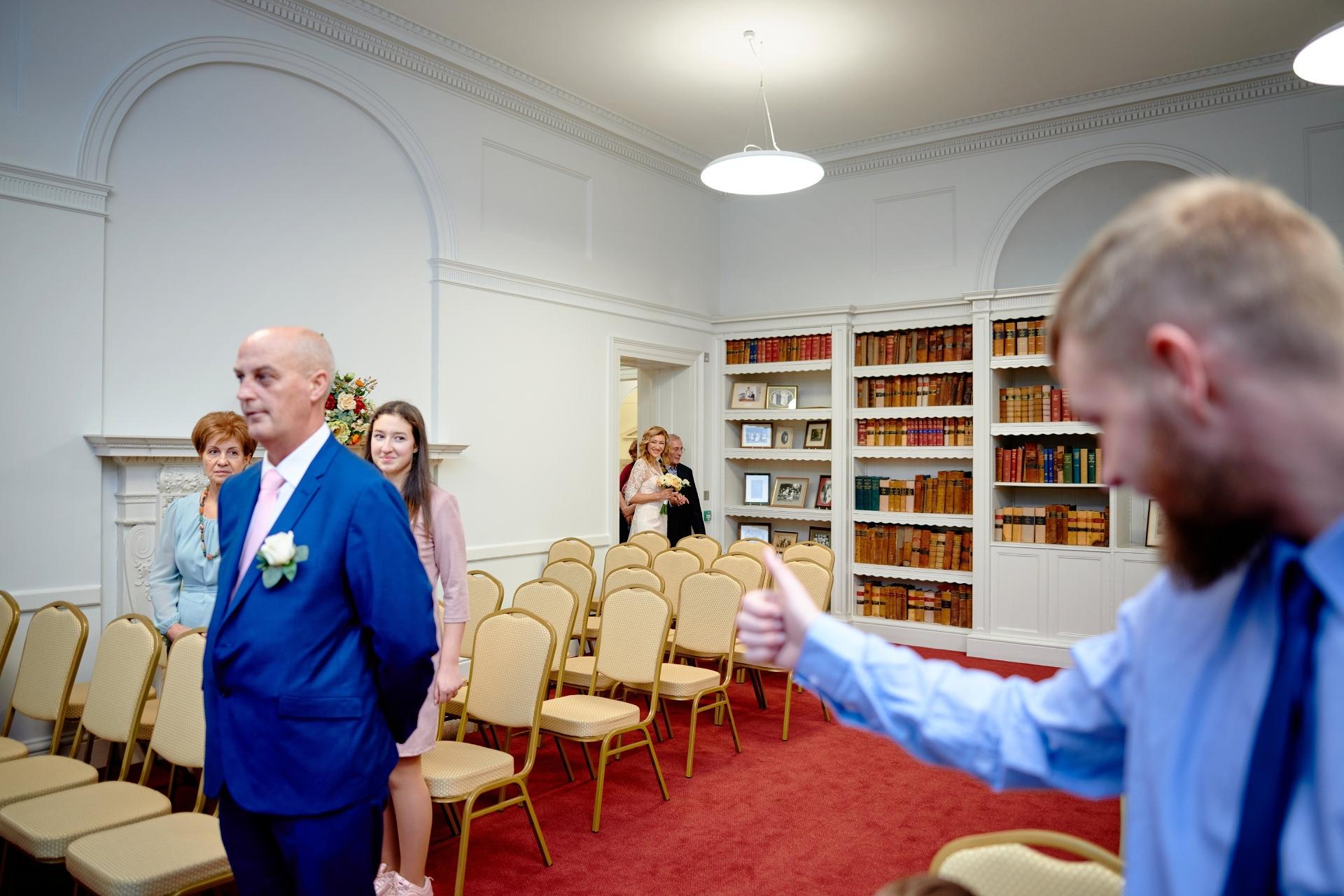 Salisbury Registry Office, UK Afbeeldingen | alleen naaste familieleden - ouders, broers en zussen waren uitgenodigd