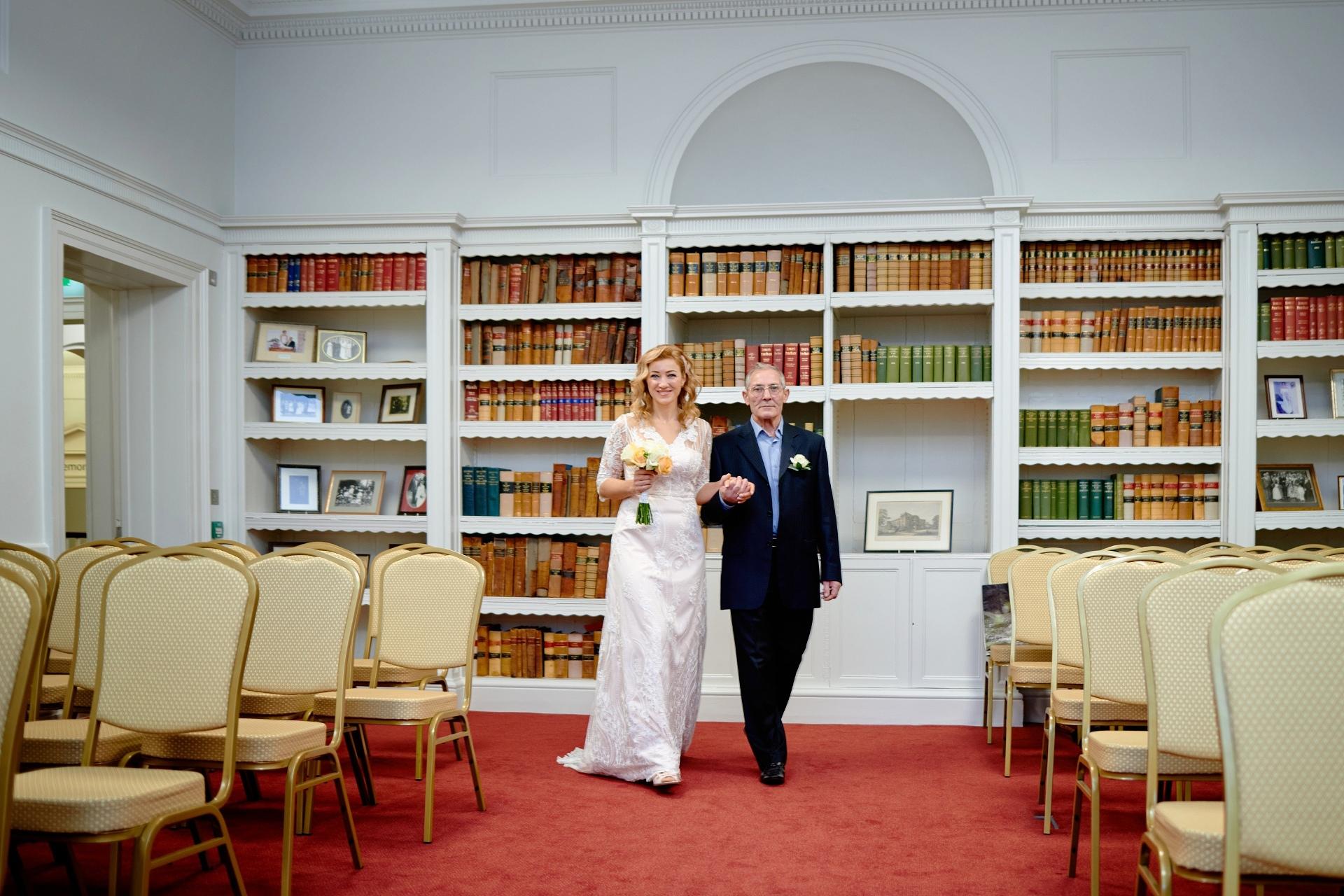Ceremoniefoto - Salisbury Registry Office | Vader van de bruid was zo trots om zijn mooie dochter op die speciale dag te leiden