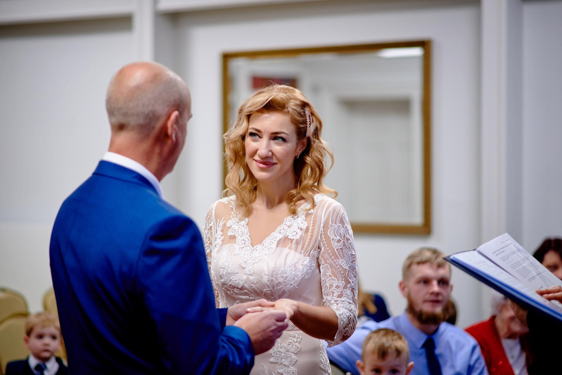 Afbeelding van de burgerlijke huwelijksceremonie in het Verenigd Koninkrijk | een verbazingwekkende en mooie traditie - de uitwisseling van de ringen