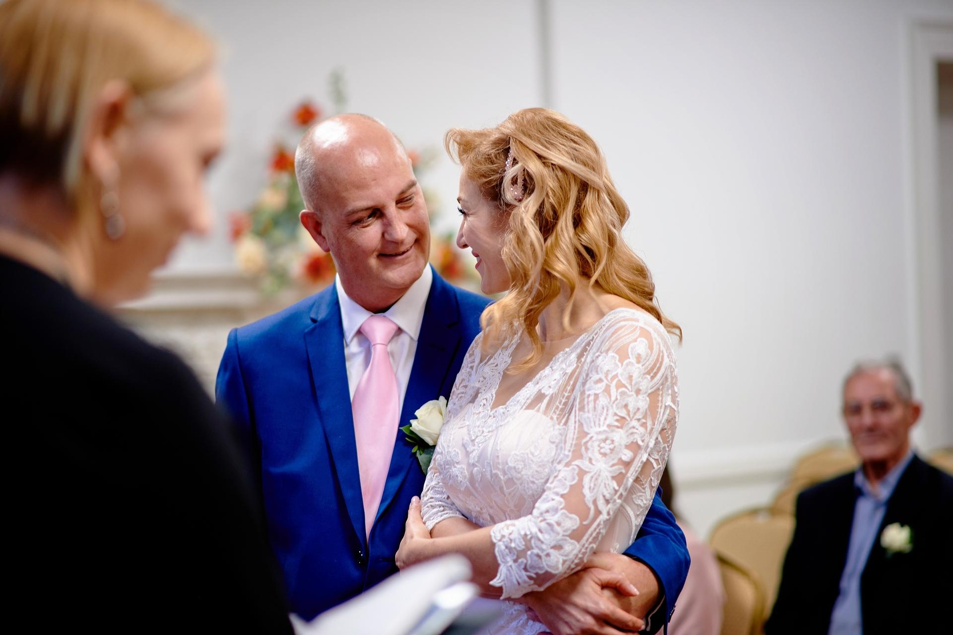 Britse burgerlijke ceremonie schaking foto's | De manier waarop de bruidegom naar zijn bruid kijkt, is van onschatbare waarde