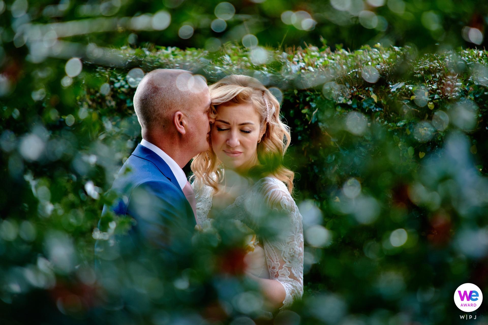 Elopement-fotografen in Salisbury | vlak voor de ceremonie, door de bladeren gehaald