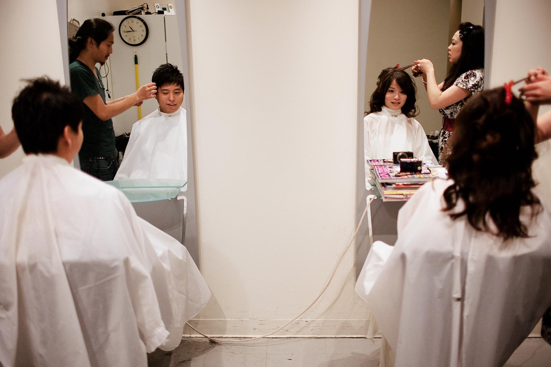 San Francisco, CA Schakingfotografie | Bij de haarstudio zitten de bruid en bruidegom naast elkaar