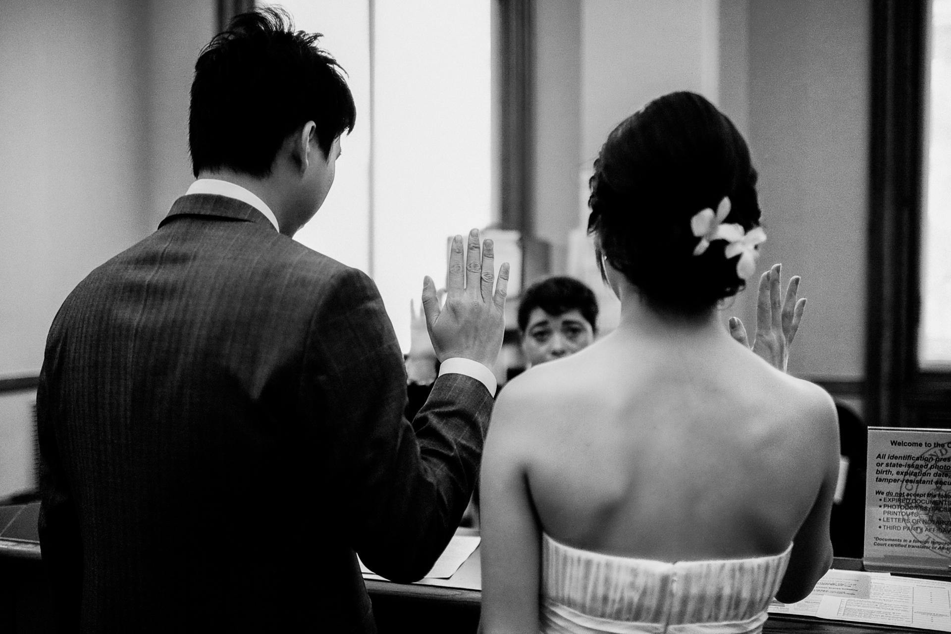 Fotografia di fuga d'amore del municipio di San Francisco | La coppia prende i voti nuziali