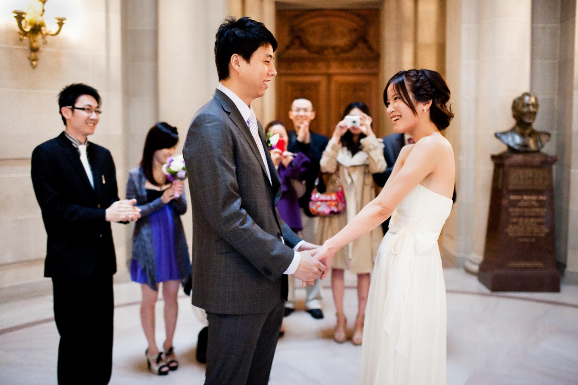 SF City Hall Elopement Photographers | Amici congratulandosi e scattando foto della sposa e dello sposo