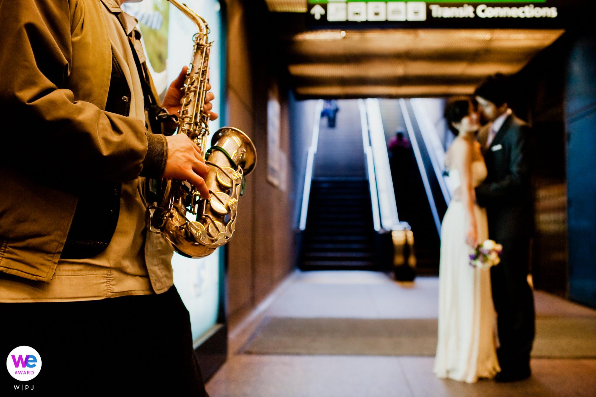 Fotografo di Elopement di San Francisco | Balli lenti allo spettacolo jazz all'uscita della stazione