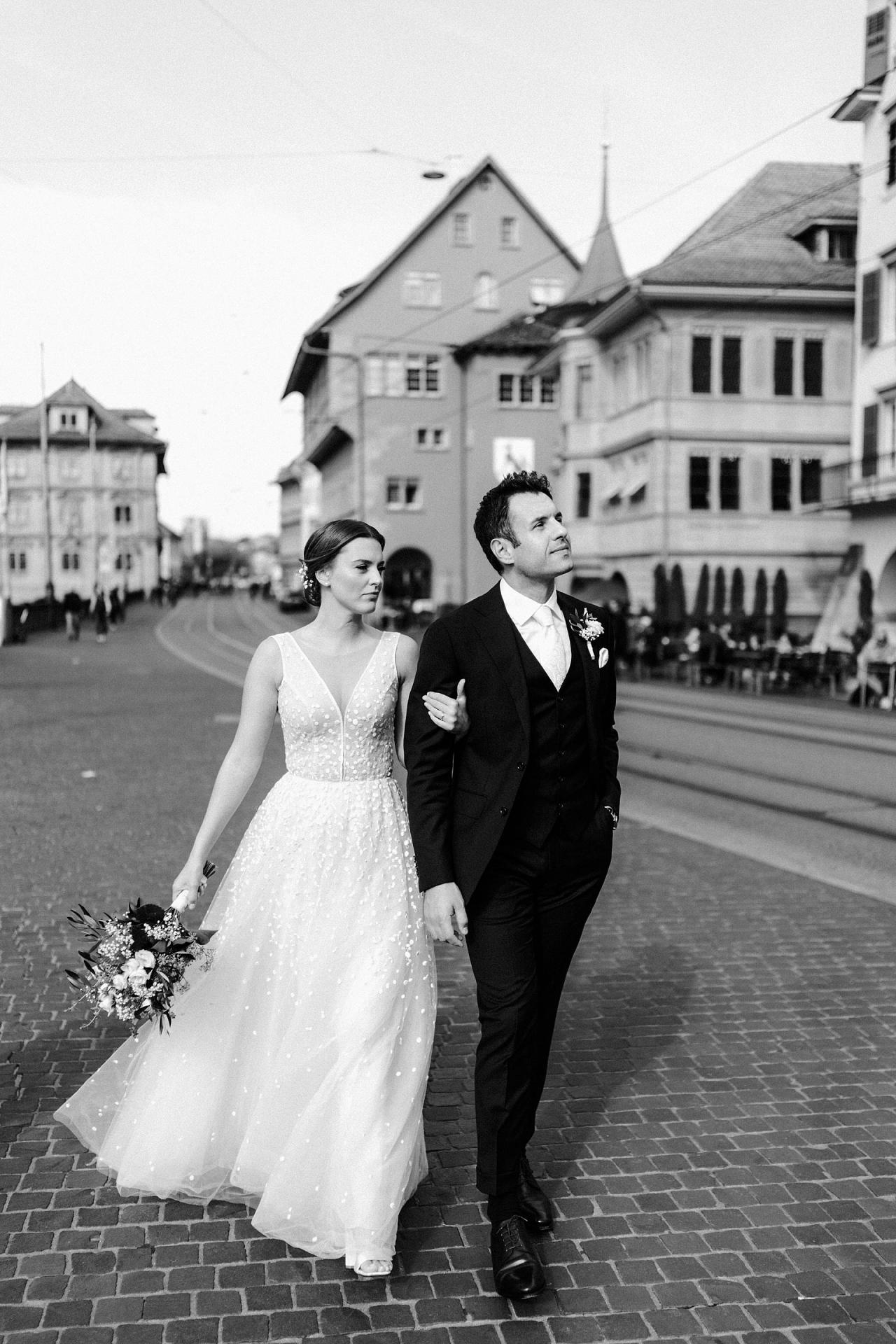 Zurich Elopement Photographer | The couple has a nice walk through the city